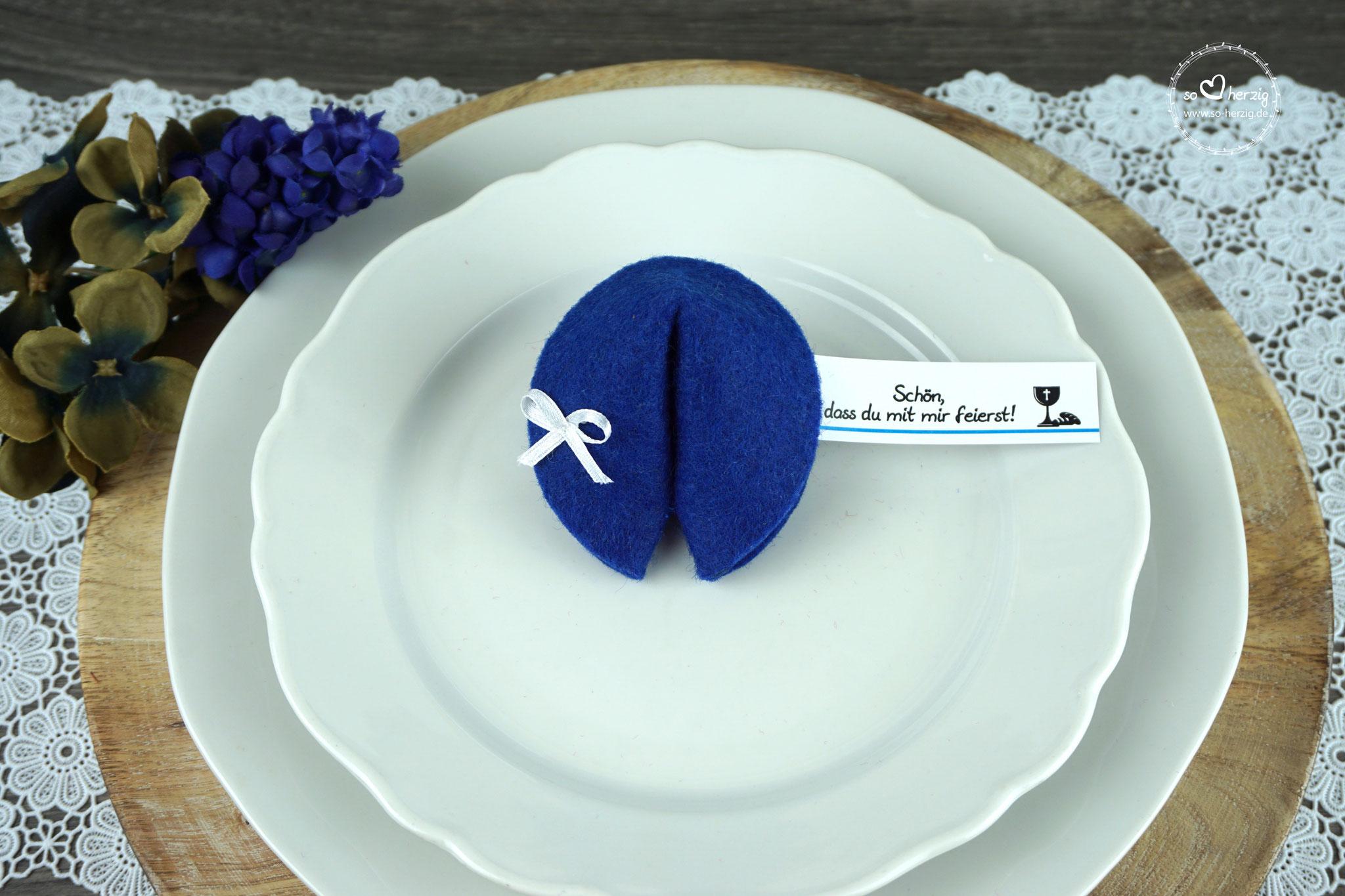 """Filzkeks klein Royalblau, Fähnchen Design """"Brot/Kelch"""""""