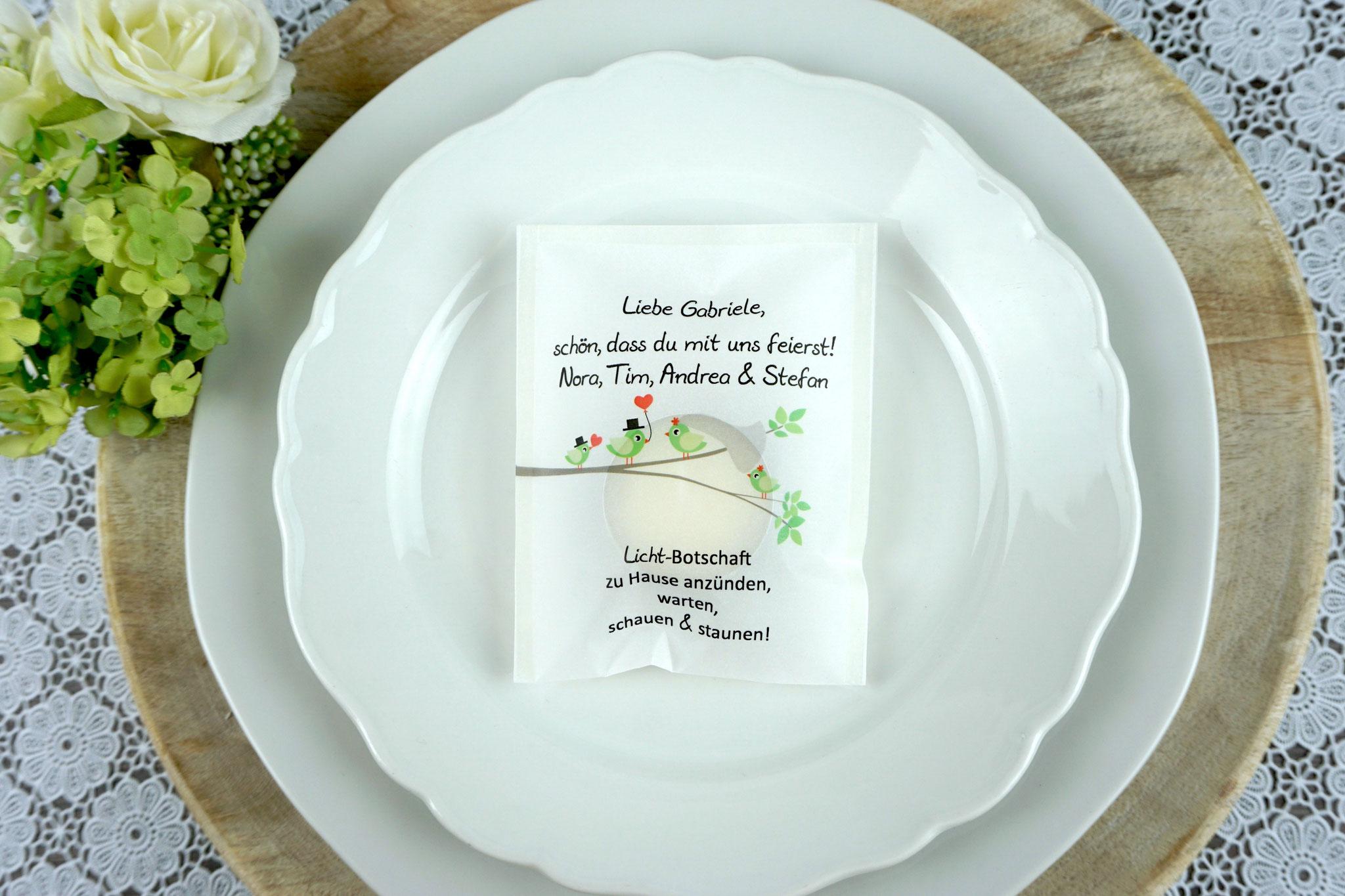 """Eine Familie heiratet - Licht-Botschaft Design """"Hochzeitsvögel auf verzweigtem Ast"""", Farbe Apfelgrün, """"Verpackung als Platzkarte"""""""
