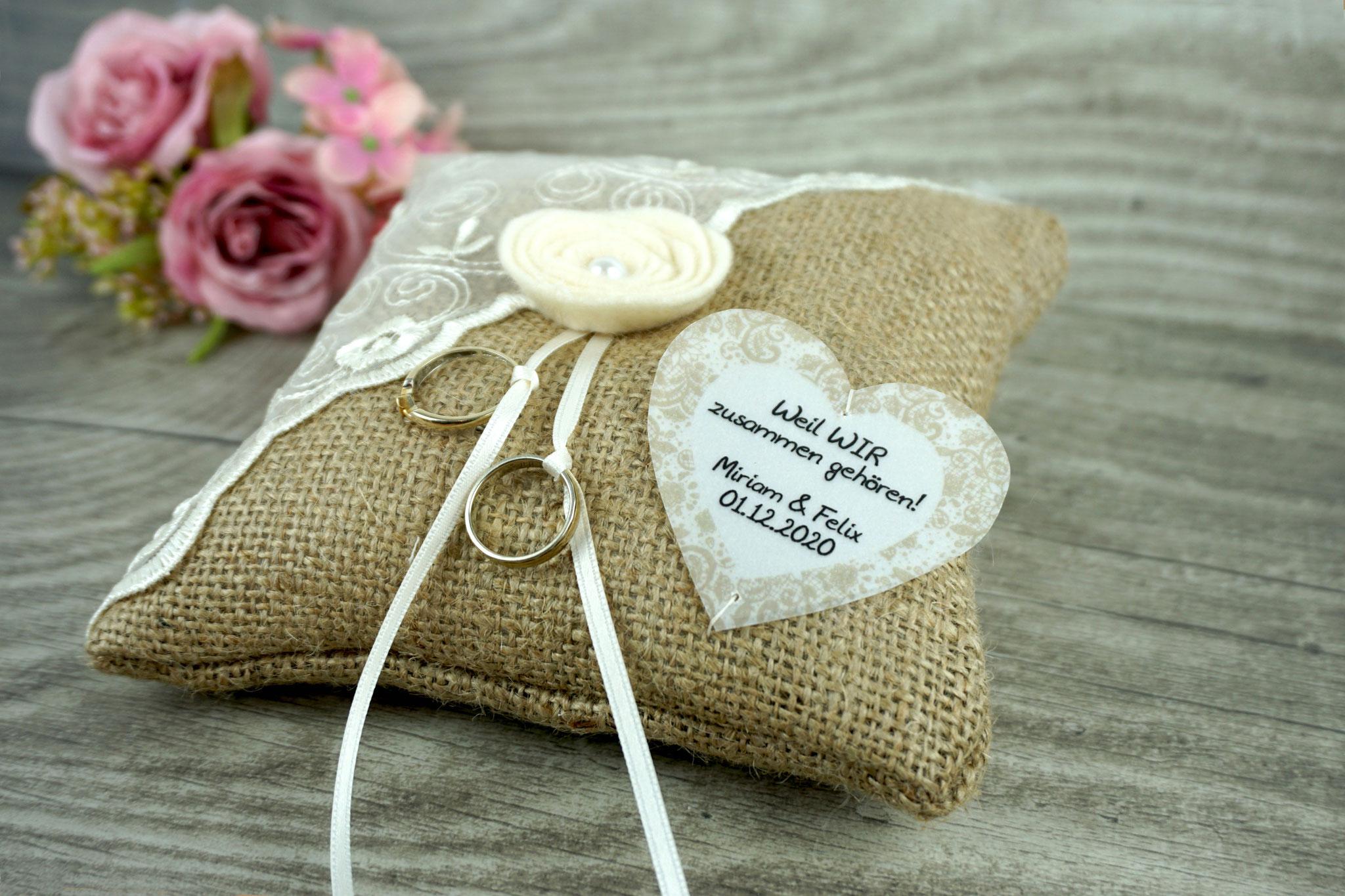 Ringkissen Jute mit Filzblume und Herz aus Pergamentpapier