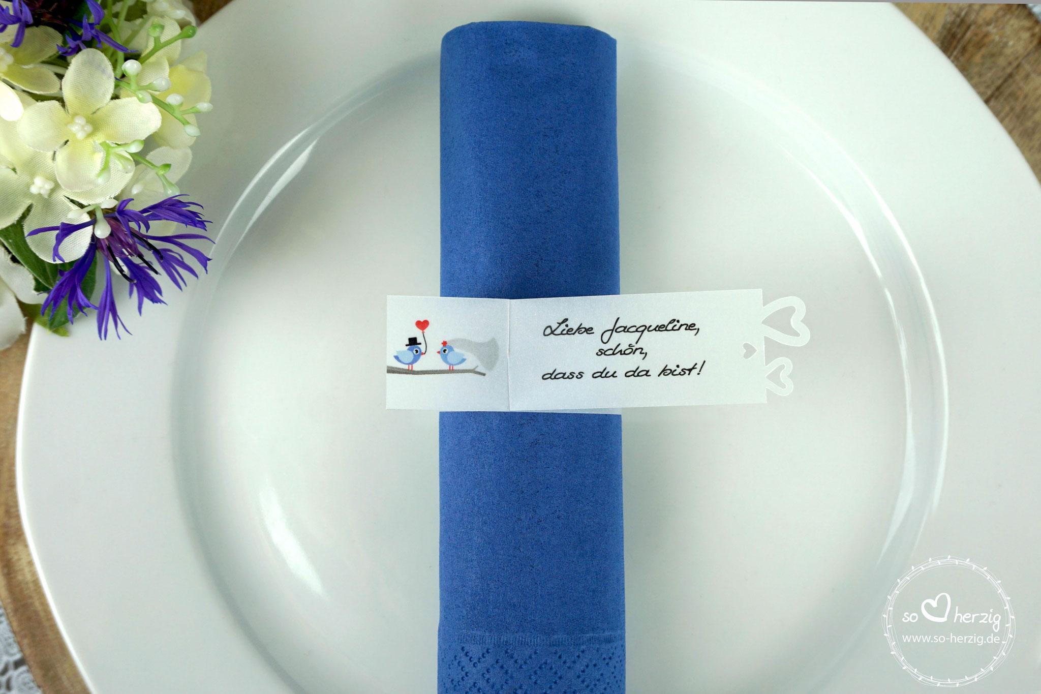 Serviettenring als Platzkarte, Design Hochzeitsvögel hortensienblau/blau, Ausstanzung Herzrand - Sonderanfertigung Farben