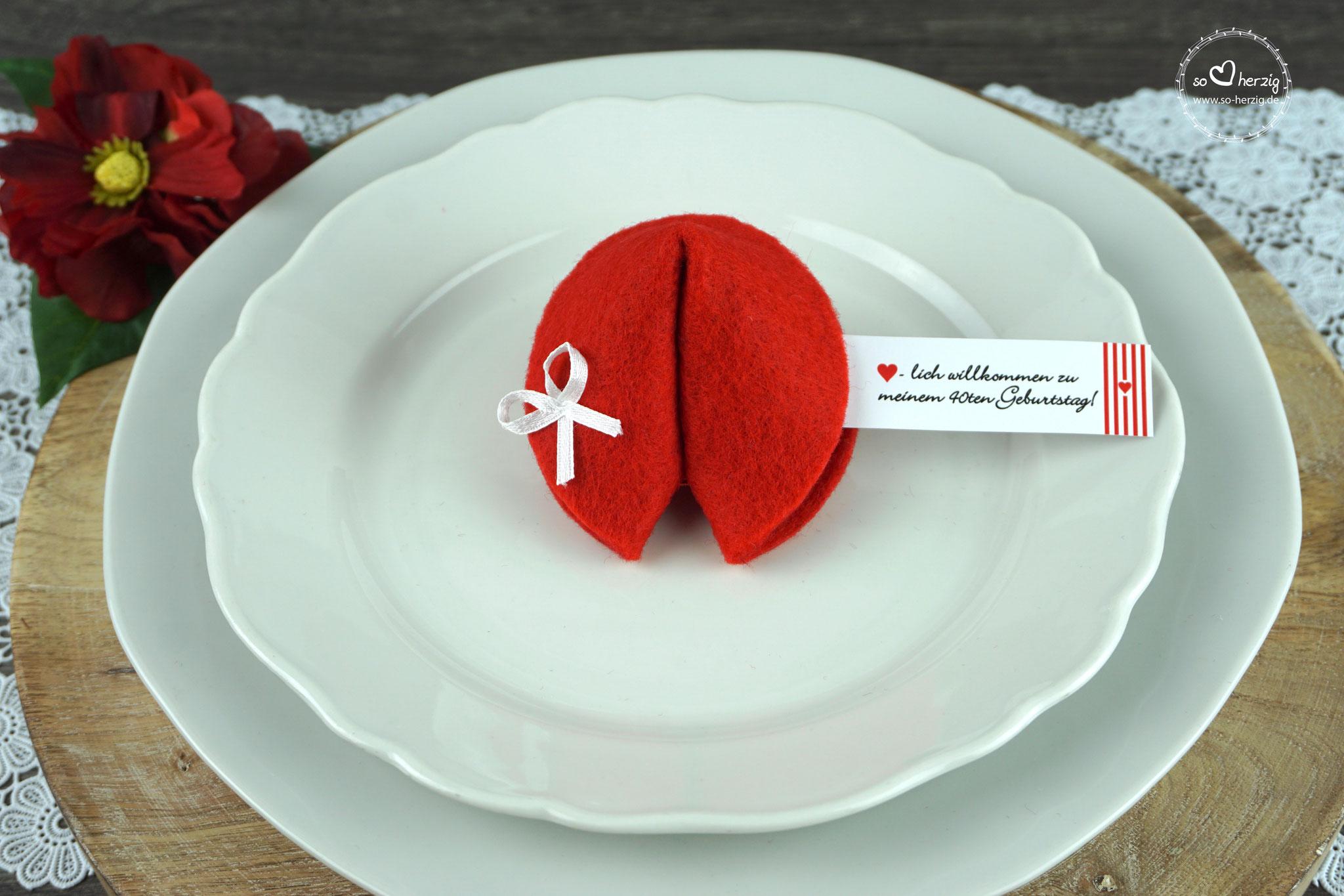 """Filzkeks klein Rot, Fähnchen Design """"Herzband"""""""