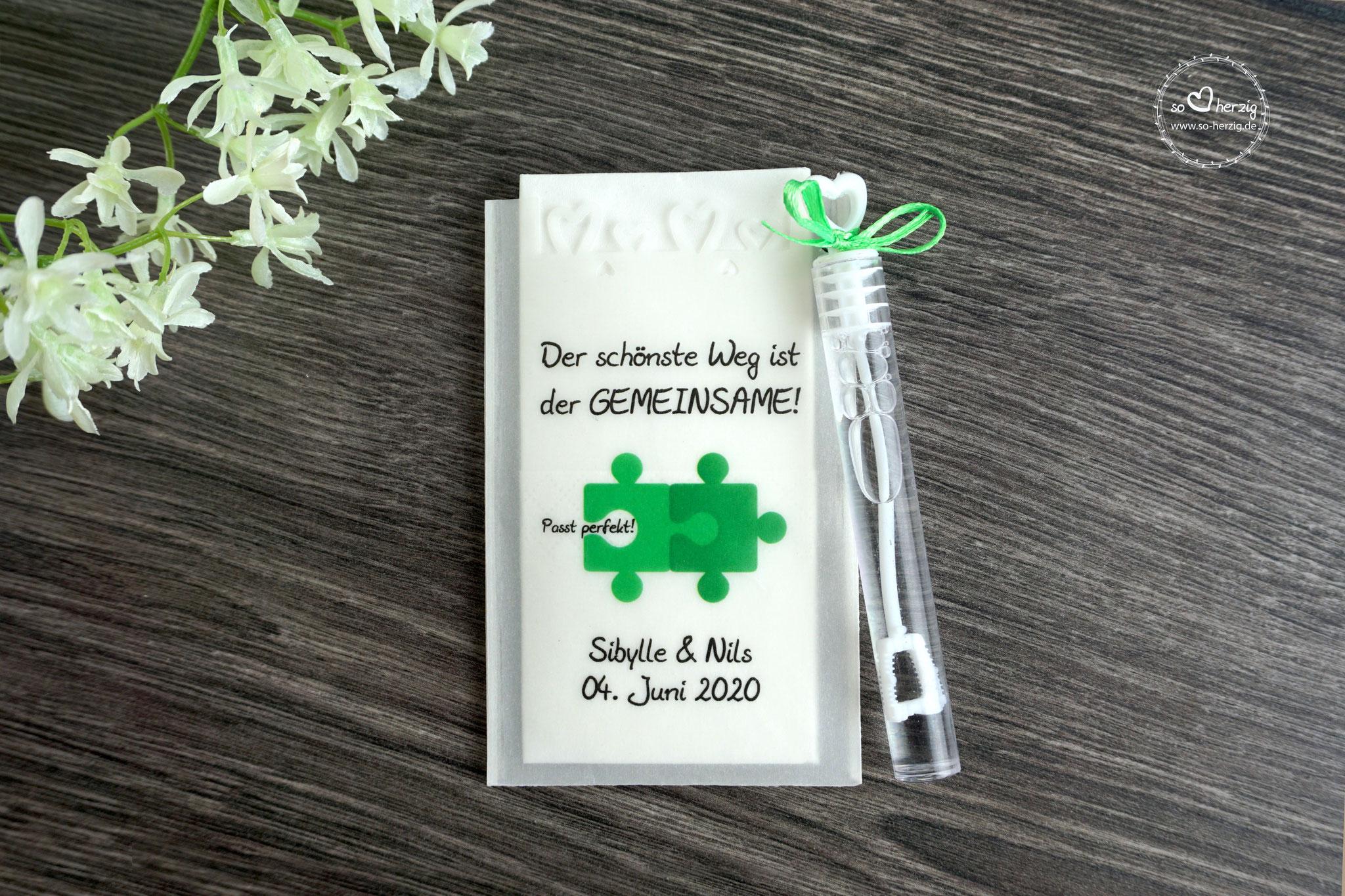 """Freudentränen Taschentücher mit Seifenblasen, Design """"Puzzle"""" Grün mit Herzrand und Satinband"""