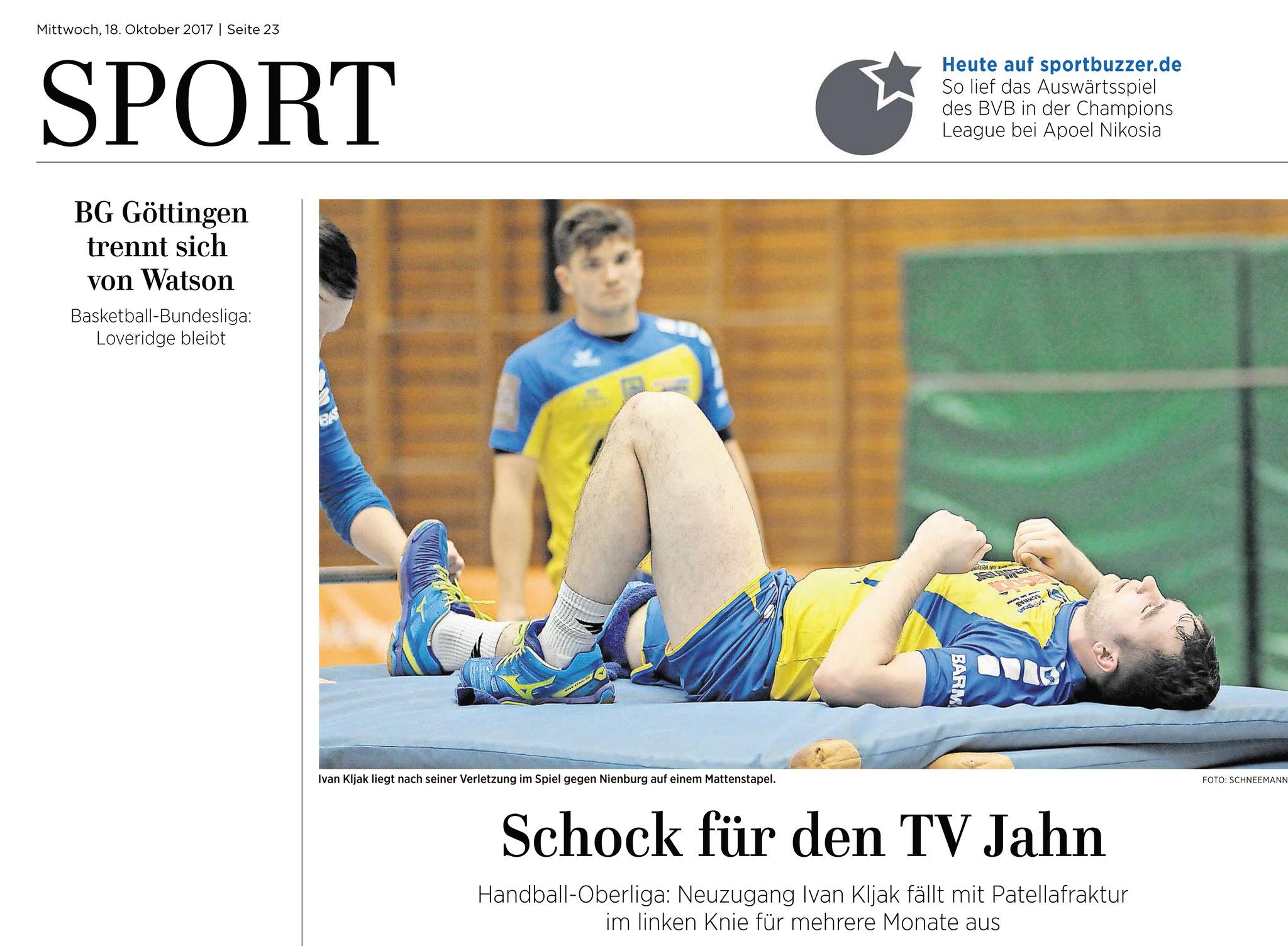 Ivan Kljak, TV Jahn Duderstadt, verletzt sich im Spiel gegen Nienburg schwer am Knie