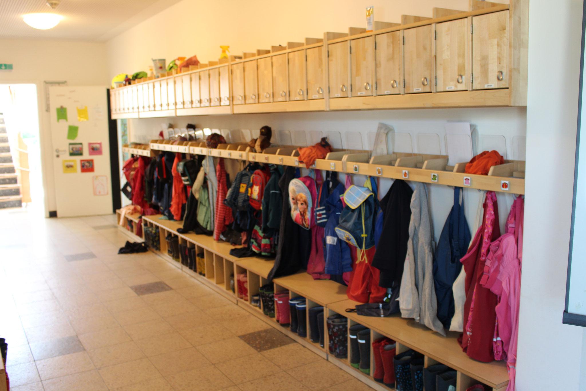 Flur links  Altbau Garderoben