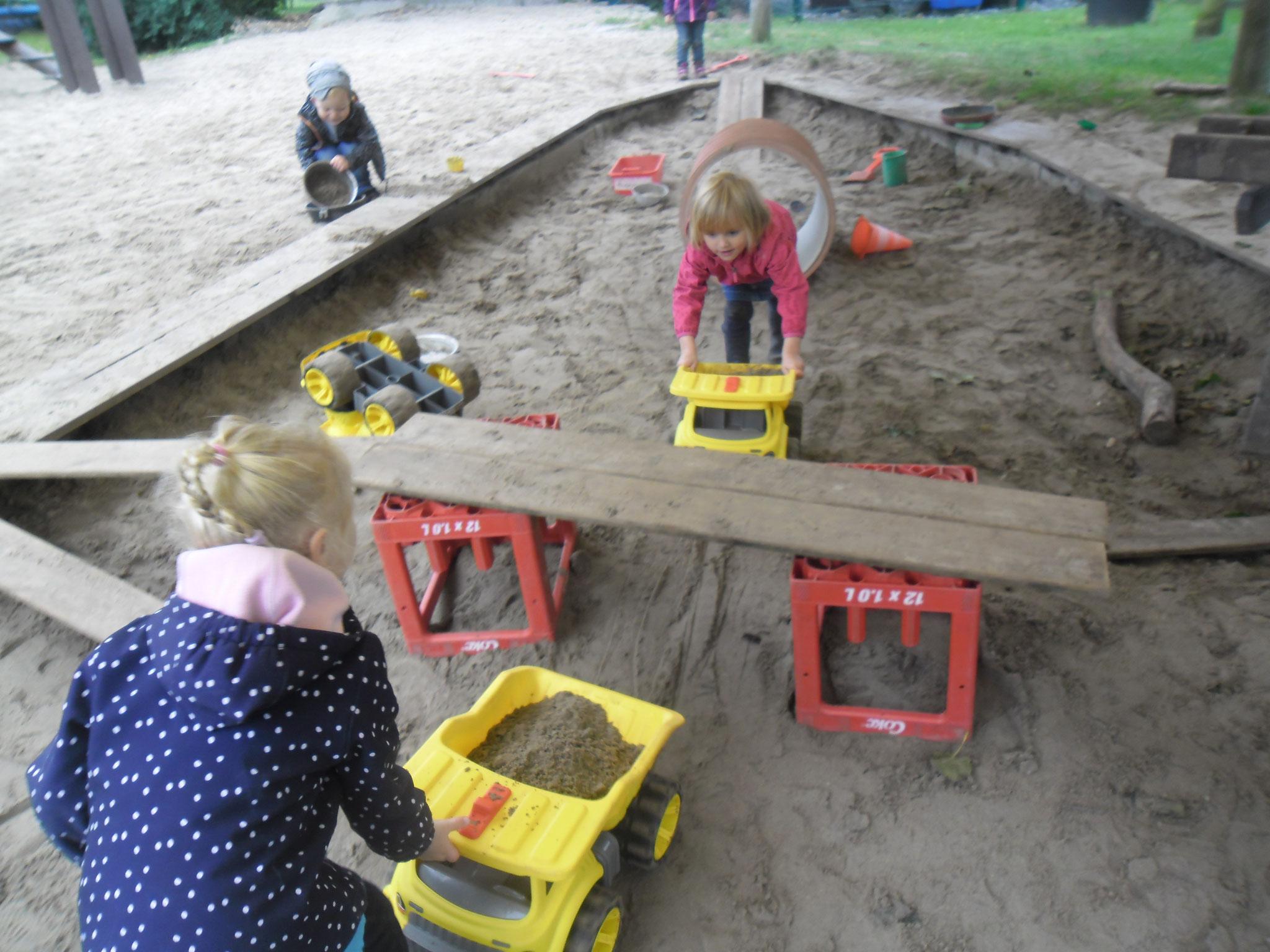 Mit den neuen Fahrzeugen spielten die Kinder im Sand.