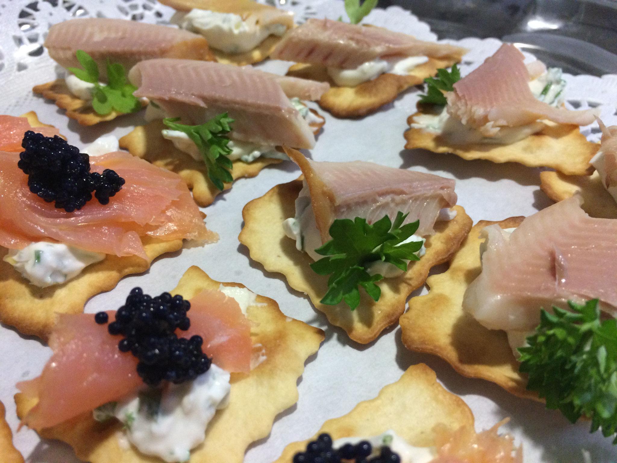 Lachs und Forellenfilet mit Frischkäse auf Salz Cracker