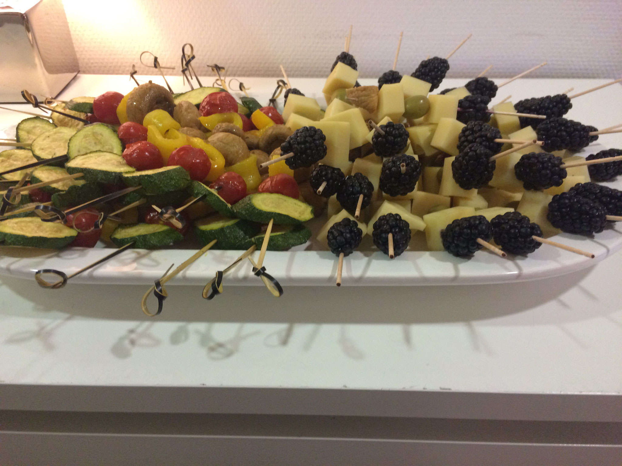 Spieße mit Obst und Käse angerichtet