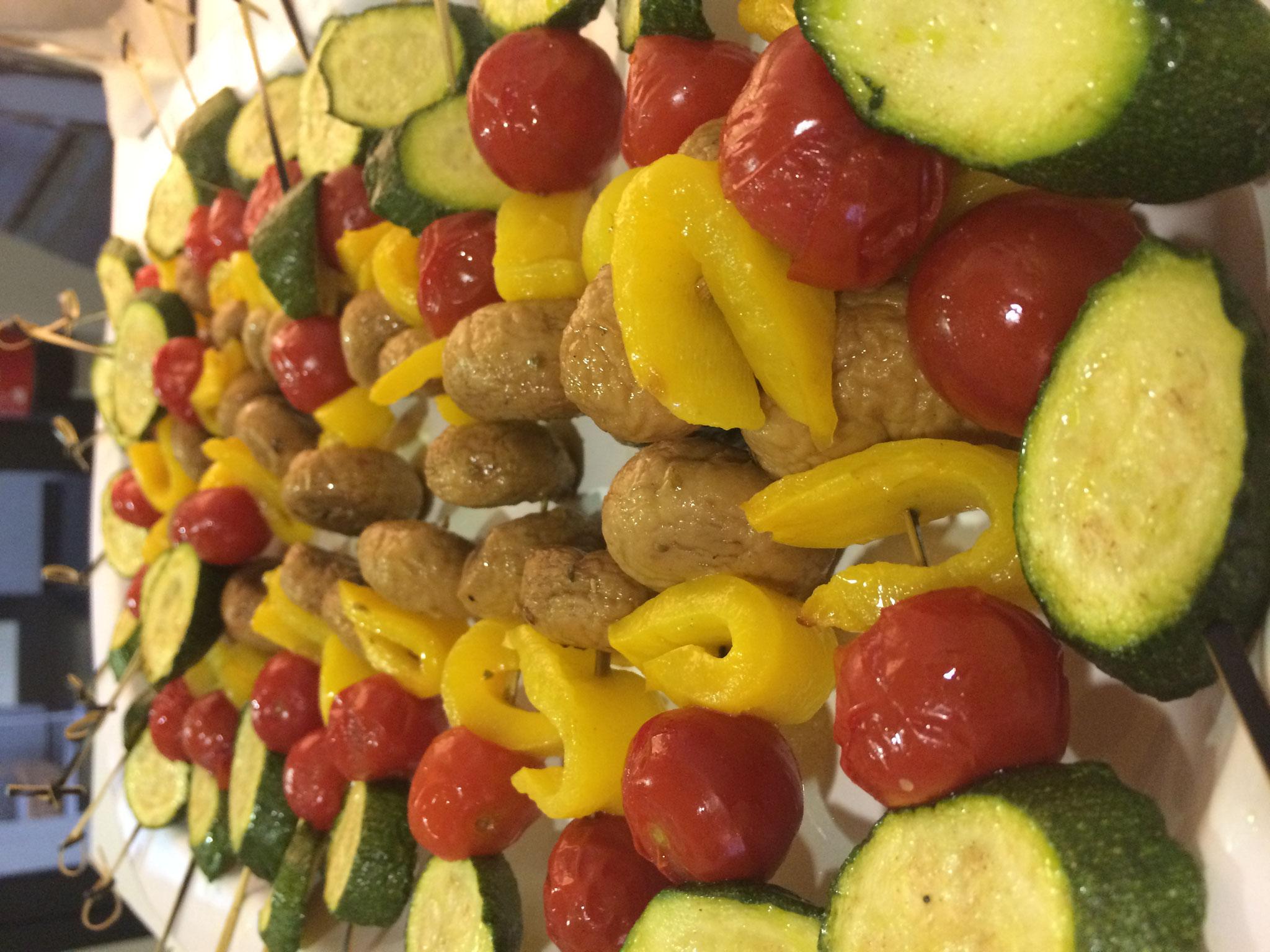 Spieße mit mediterranem Gemüse angerichtet