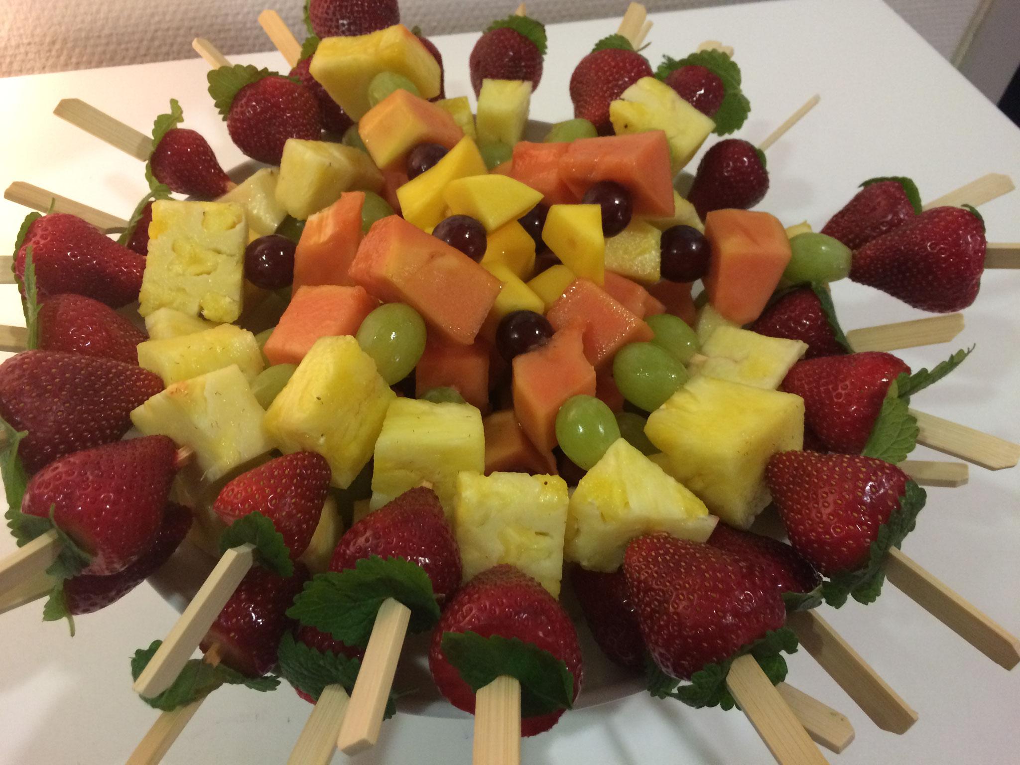 Spieß mit Erdbeere, Ananas, Träubchen, Papaya, Mango und Minzblätchen