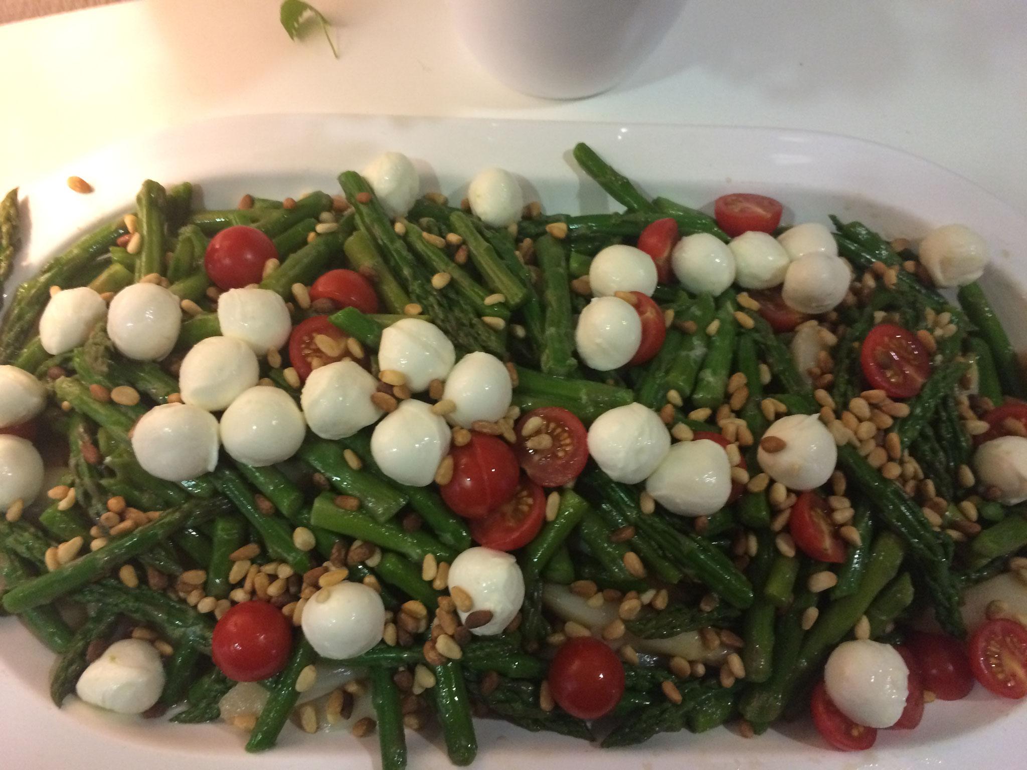 Mediterraner Spargelsalat mit Mozzarella und Tomaten