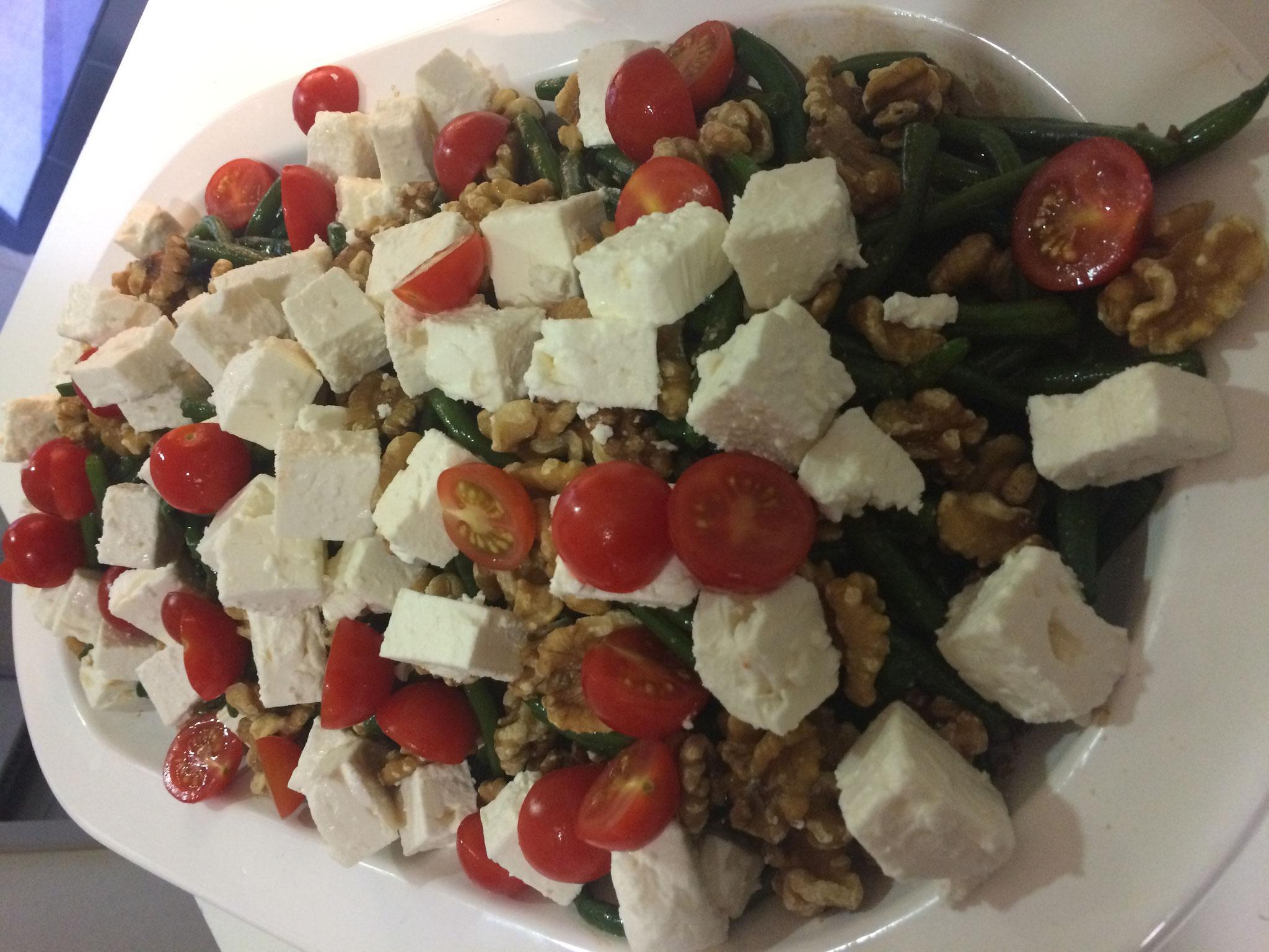 Mediterraner Bohnensalat mit Schafskäse und Walnüssen