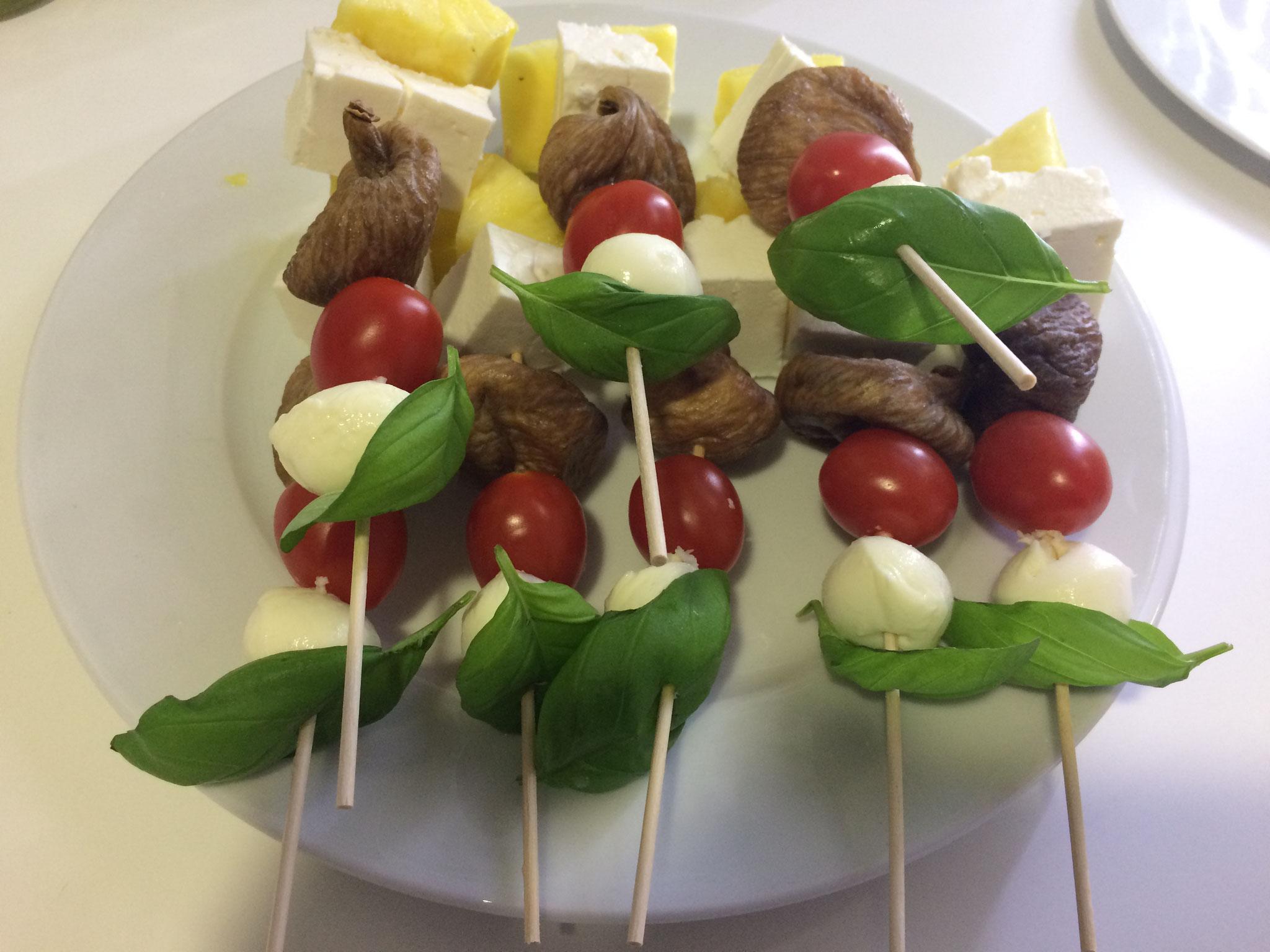 Spieß mit Tomate, Mozzarella, Feige, Schafskäse und Basilikum