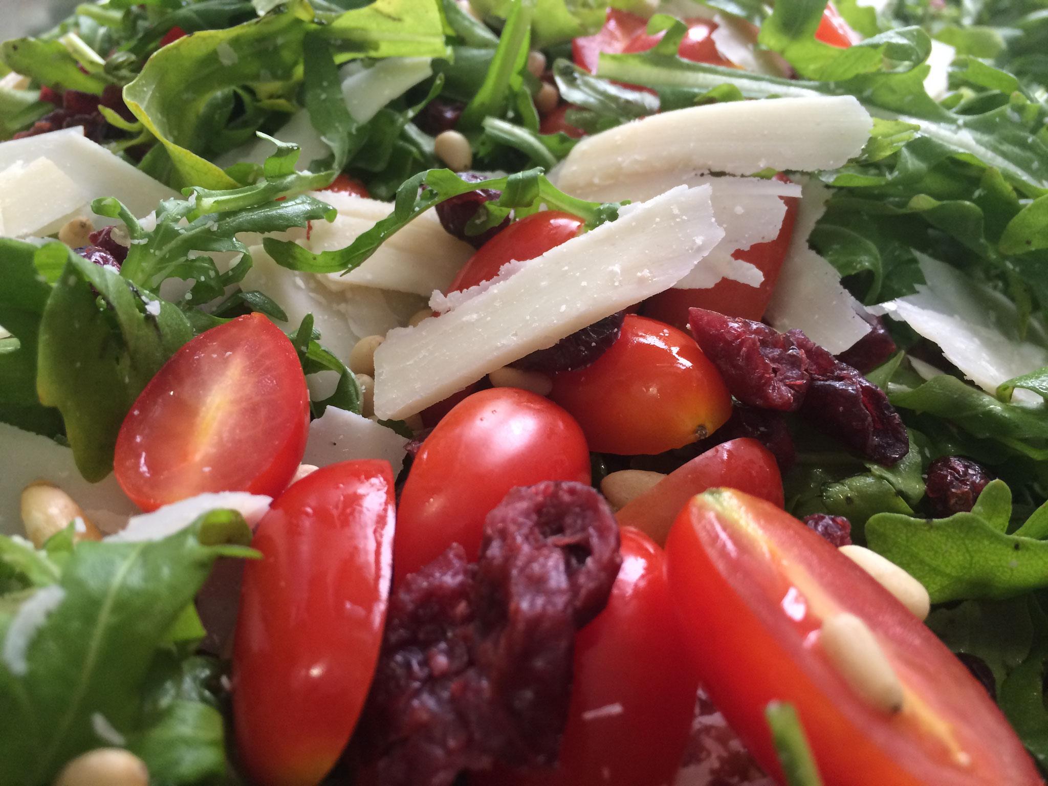 Wildkräutersalat mit Parmesan, getrockneten Tomaten, Tomaten und Pinienkerne