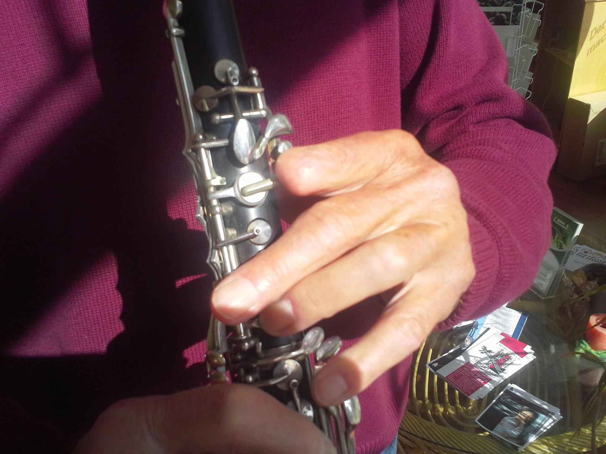 dem linken Zeigefinger fehlt das letzte Glied, Optimierung B-klarinette Oberstück