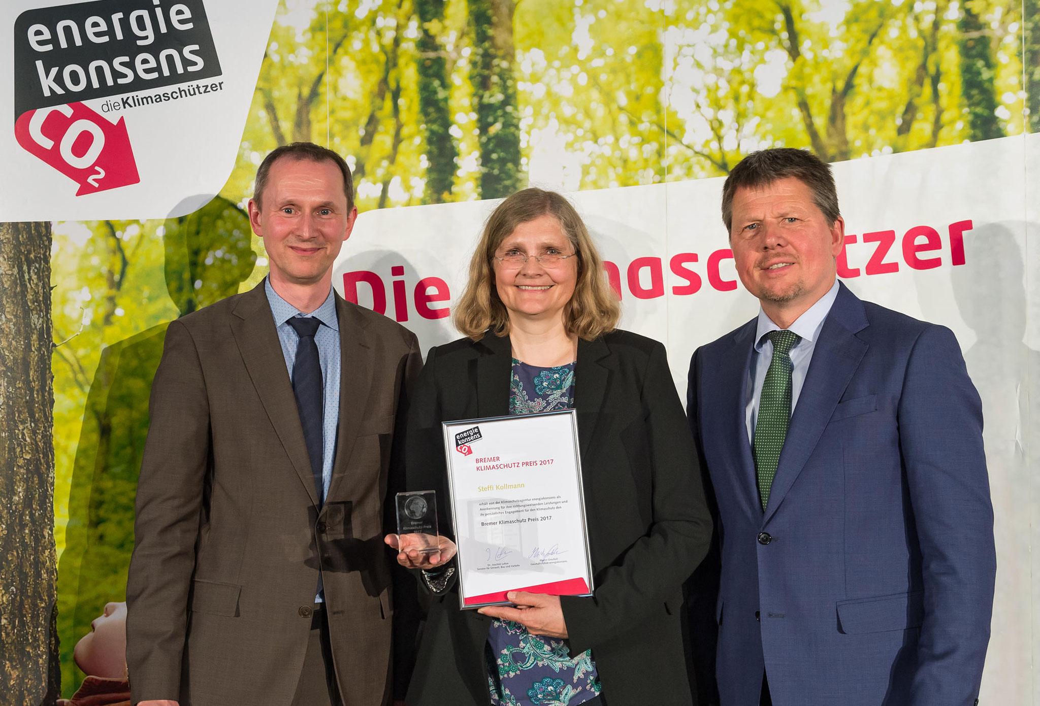 Preisträgerin Steffi Kollmann mit Umweltsenator Dr. Joachim Lohse (rechts) und Martin Grocholl (c) energiekonsens