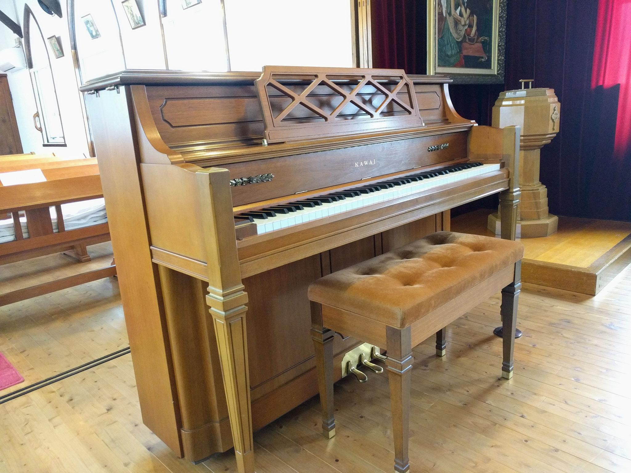 ピアノが聖歌をリードしてくれます