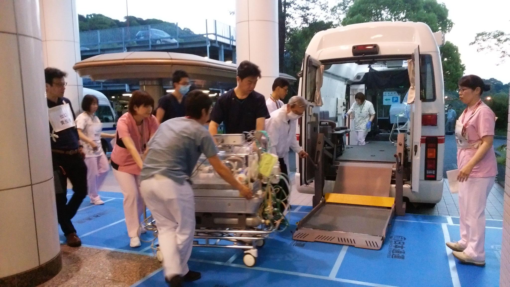 兵庫県立こども病院のドクターカーへ乗車中
