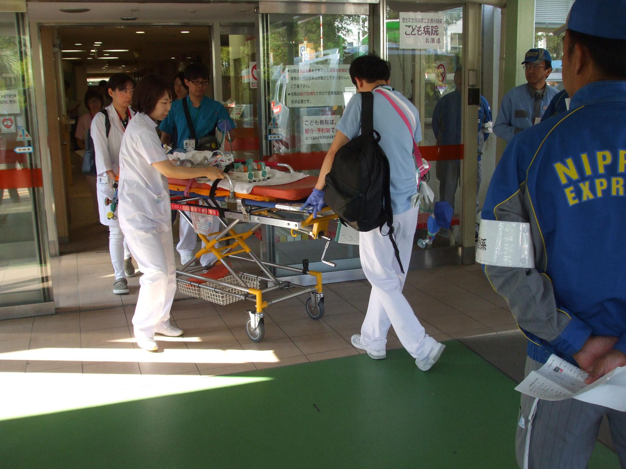兵庫県立こども病院玄関から小児患者が搬送車へ乗車