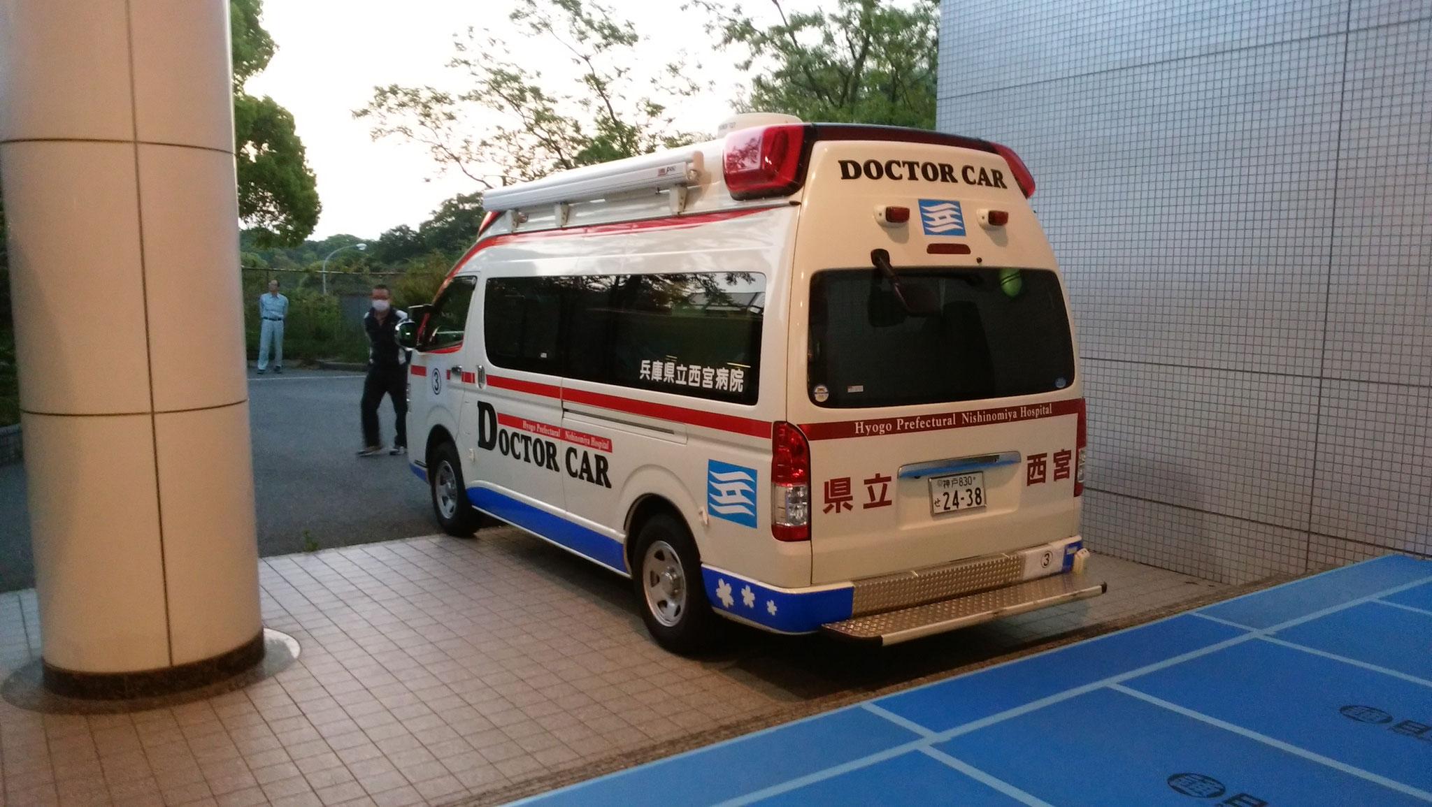 兵庫県立西宮病院の救急車が待機中