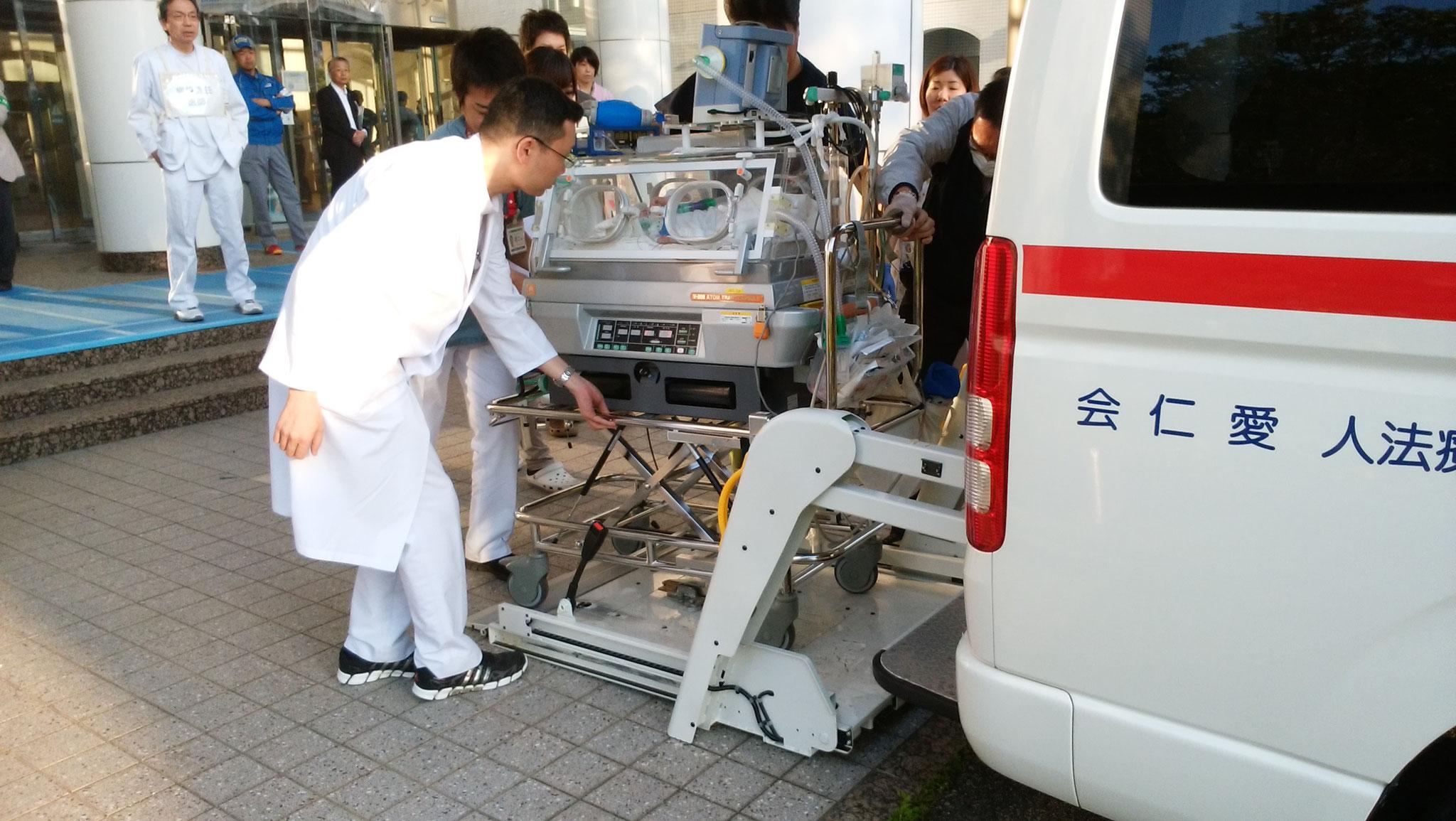 新生未熟児が千船病院(大阪府)の救急車に乗車中