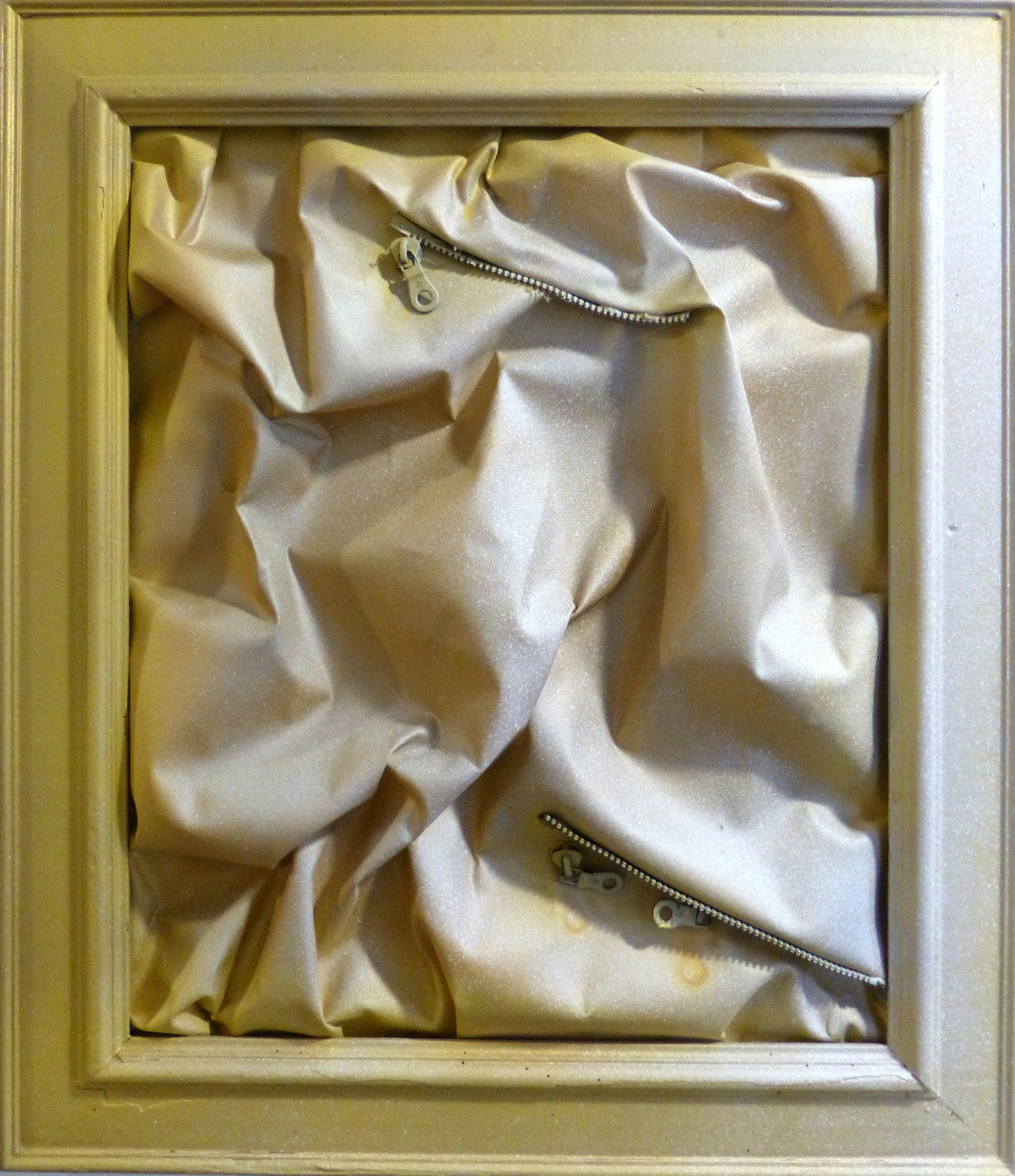 """""""Golden Chaos"""",  cm 63 x 55/Technique mixte sur toile avec fermeture éclair /Année 2016 /Publié www.ritzow. com /Exposé Galleria ArteCapital Brescia, Showroom Ritzow Milano, Galerie Kunst und Medizin Berlin, Au verso Signature, Année, Timbre"""