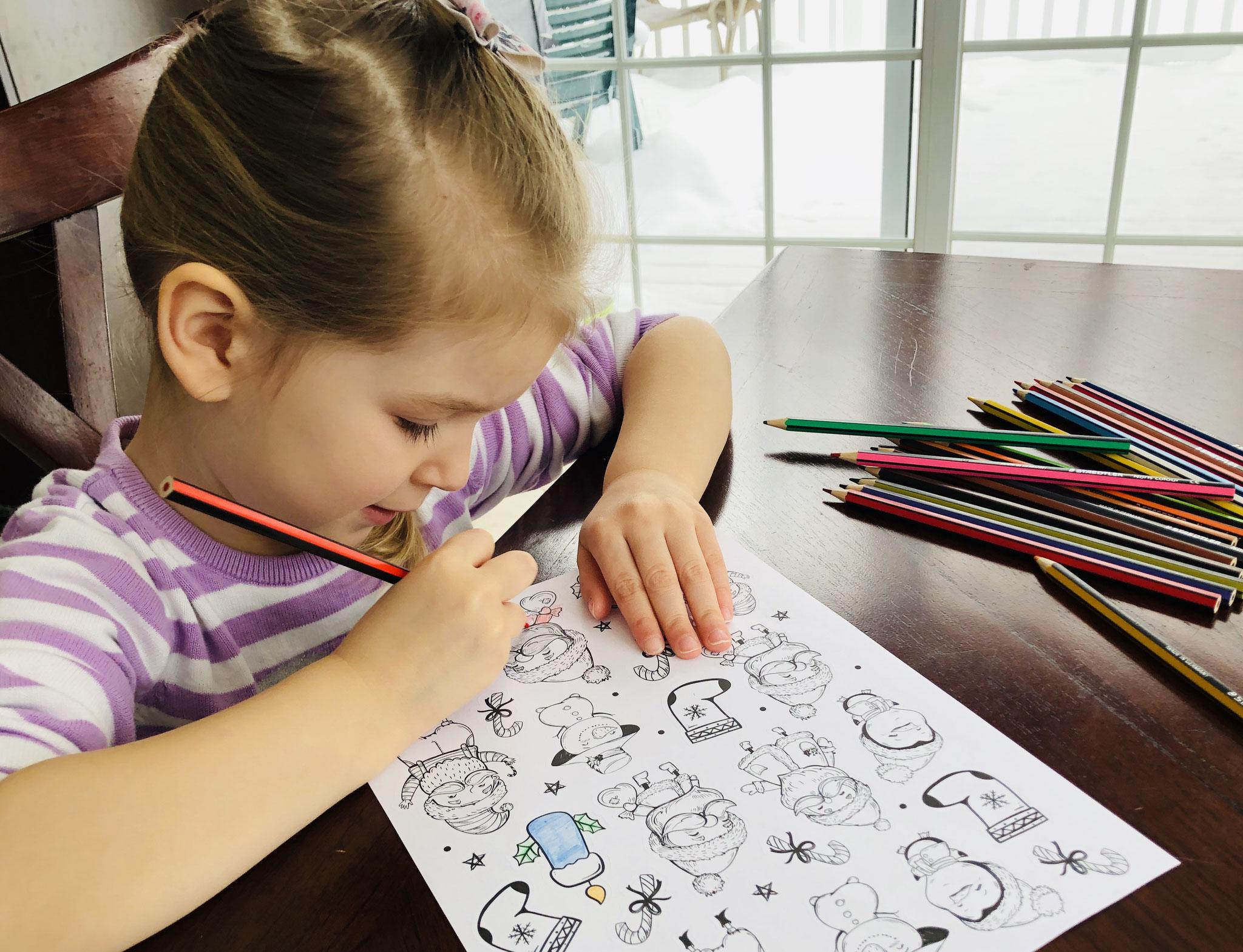 Alexia et ses autocollants de Noël à colorier