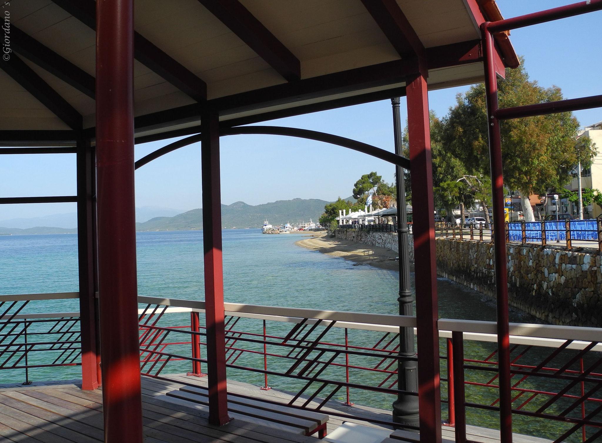 """Café auf Säulen.....Das """"Kyma"""" auf dem Meer in Loutra Edipsos"""