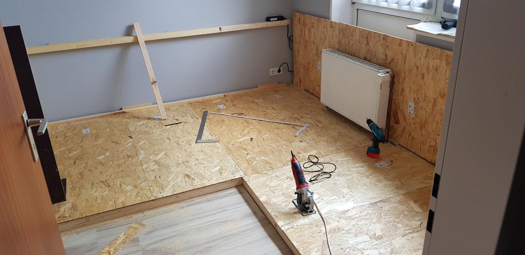 Bau des Innengeheges von Marina & Patrick mit Holzkonstruktion auf dem Boden und an der Wand