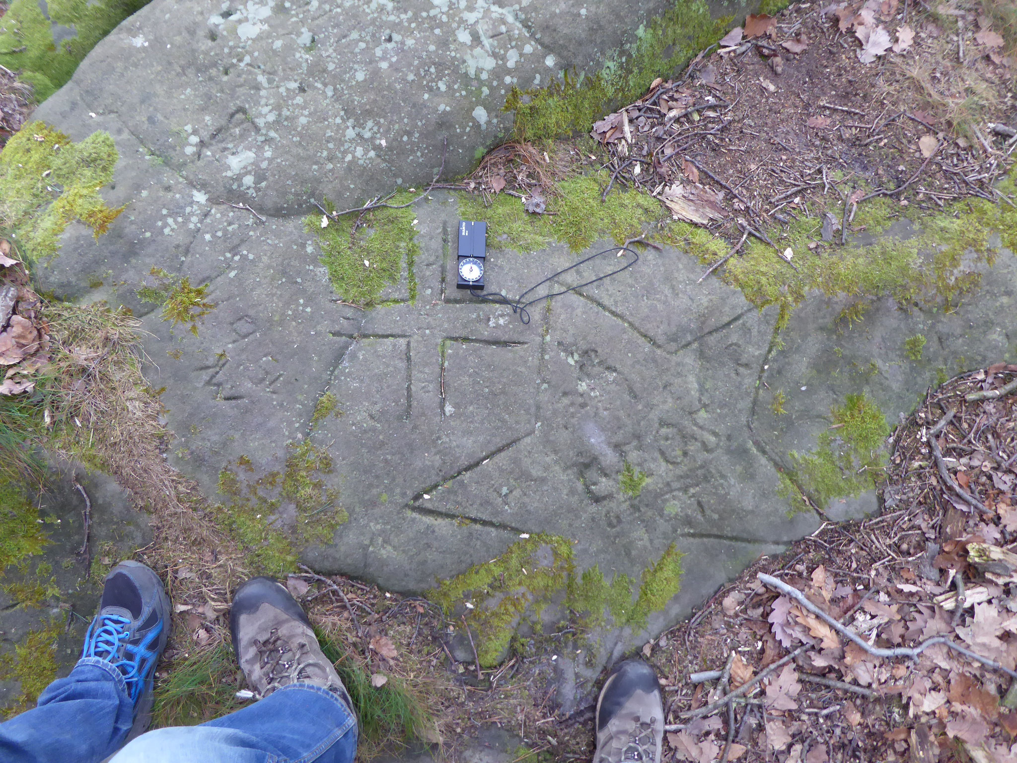 Auf diesem Felsen sind ein Kreuz und ein Stern eingemeißelt worden.