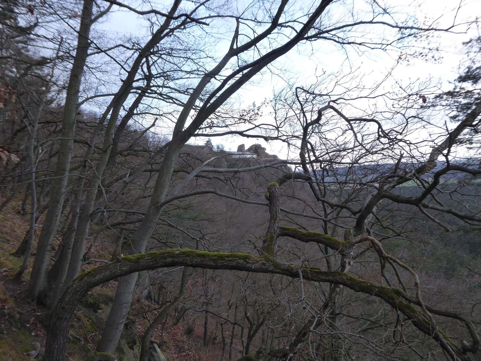 Links an der Kante ist das Restaurant des Regensteines zu sehen.