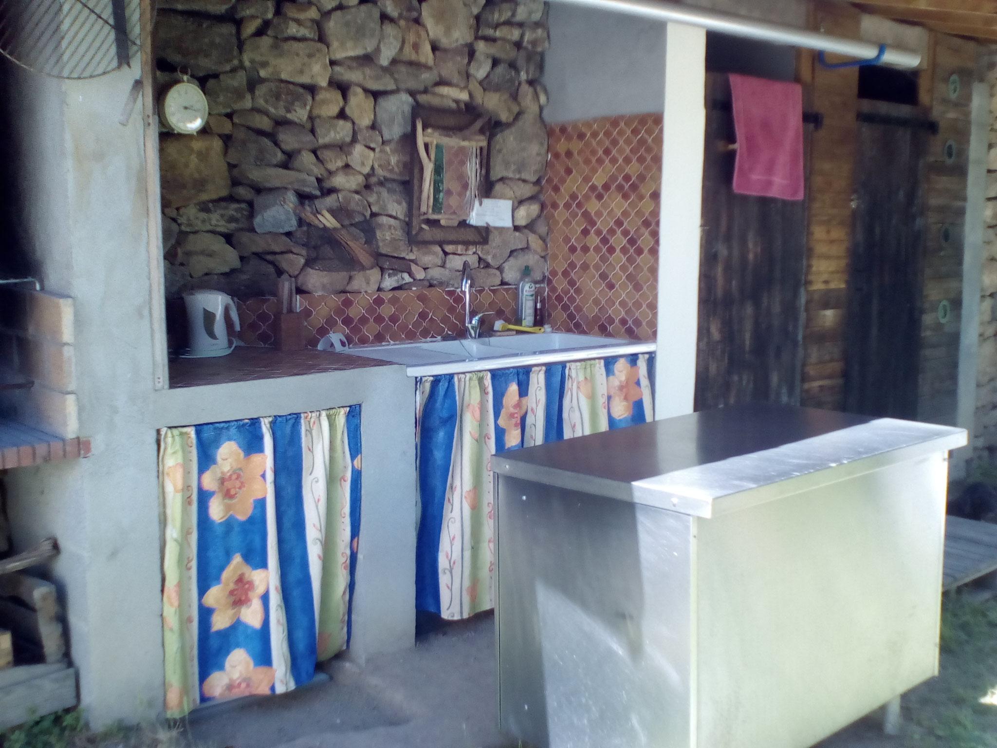 cuisine extérieure avec équipement de base