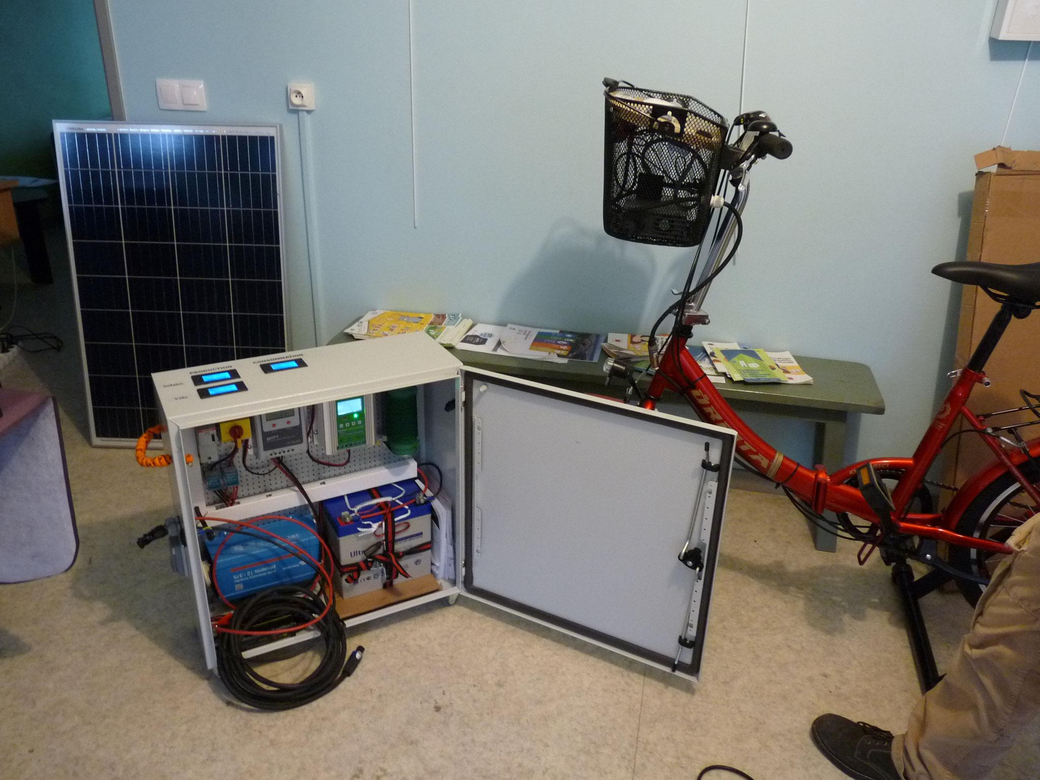Le vélo avec son coffret autonome et le panneau solaire.