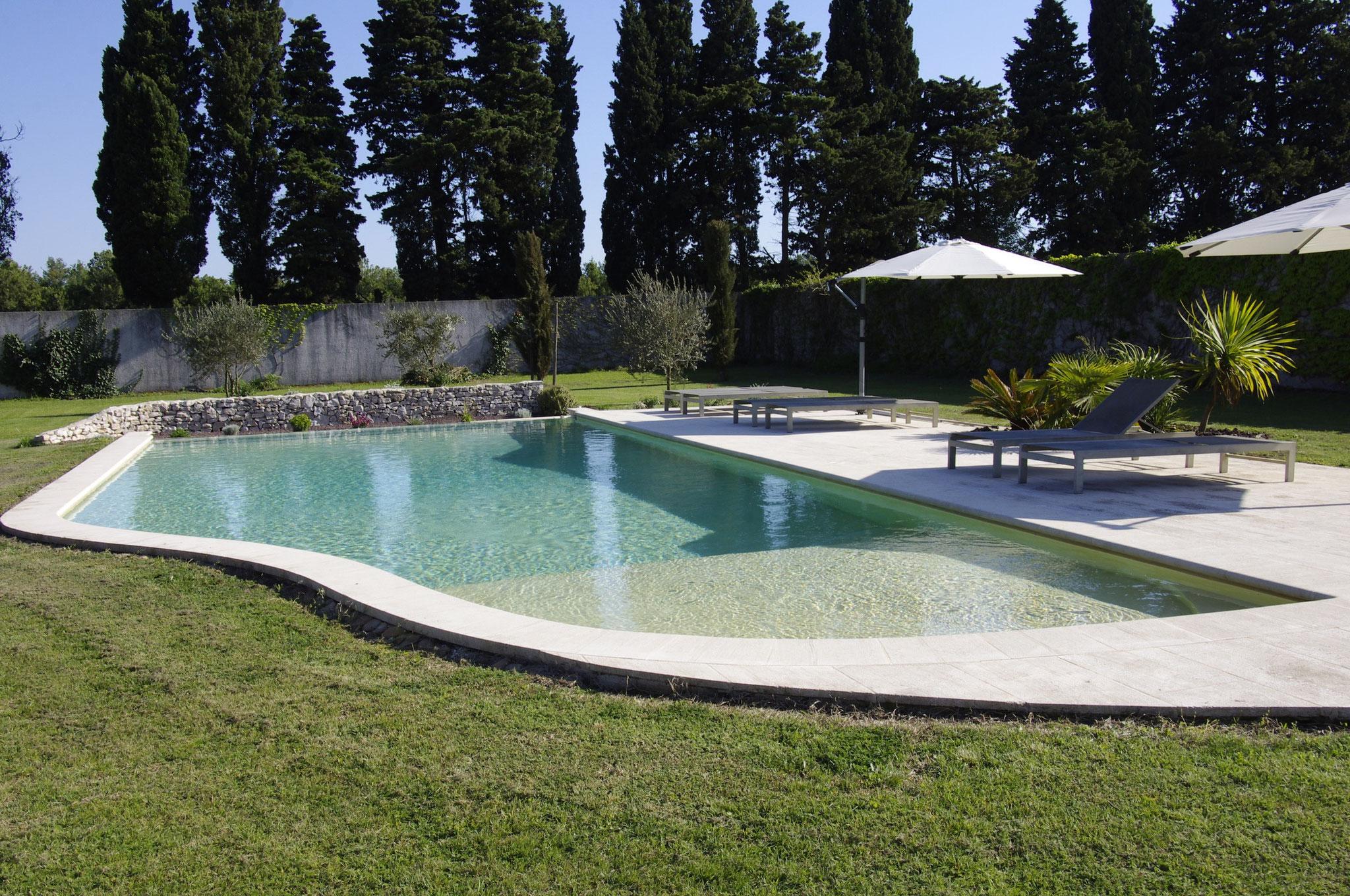 la piscine chauffée, à l'écart de la maison