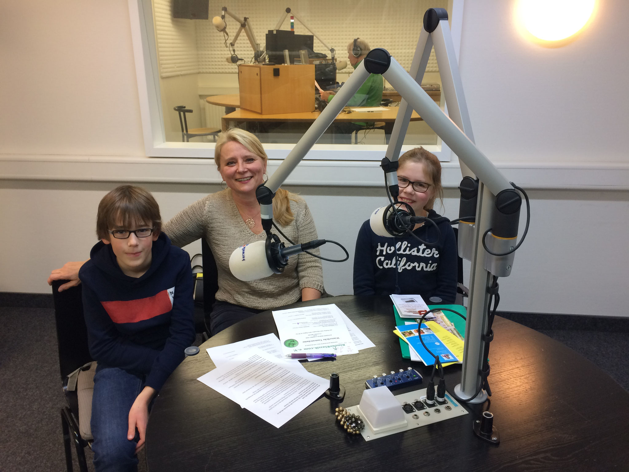 mit Schülern bei Radio Okerwelle