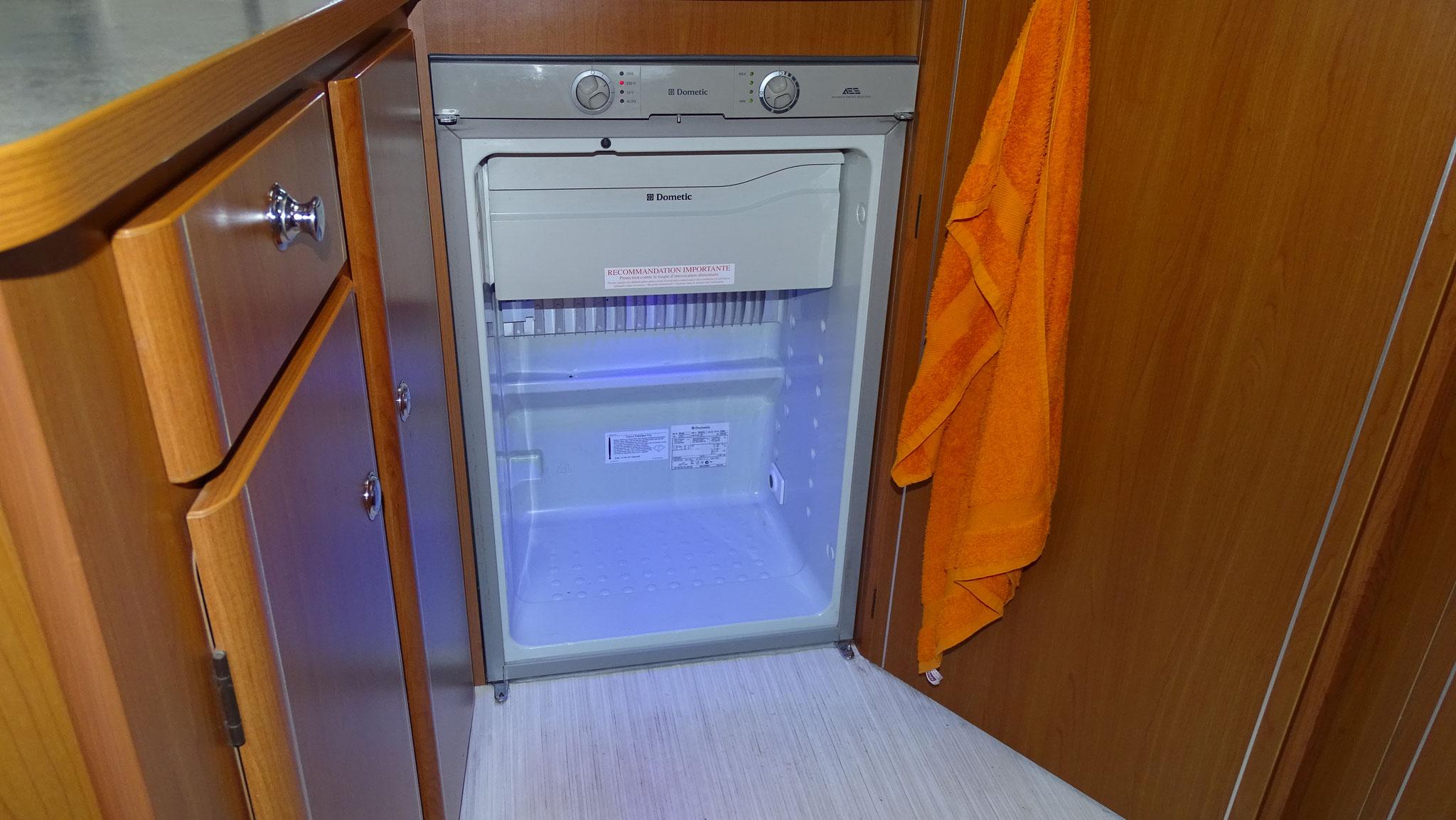 Le grand frigo (porte demontée pour nettoyage)