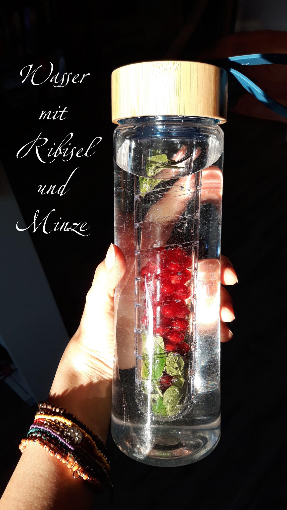 Leckeres Wasser: mit Beeren und Kräutern nach Saison (im Winter eignet sich beispielsweise Ingwer, Orangen, Zimtstangen)