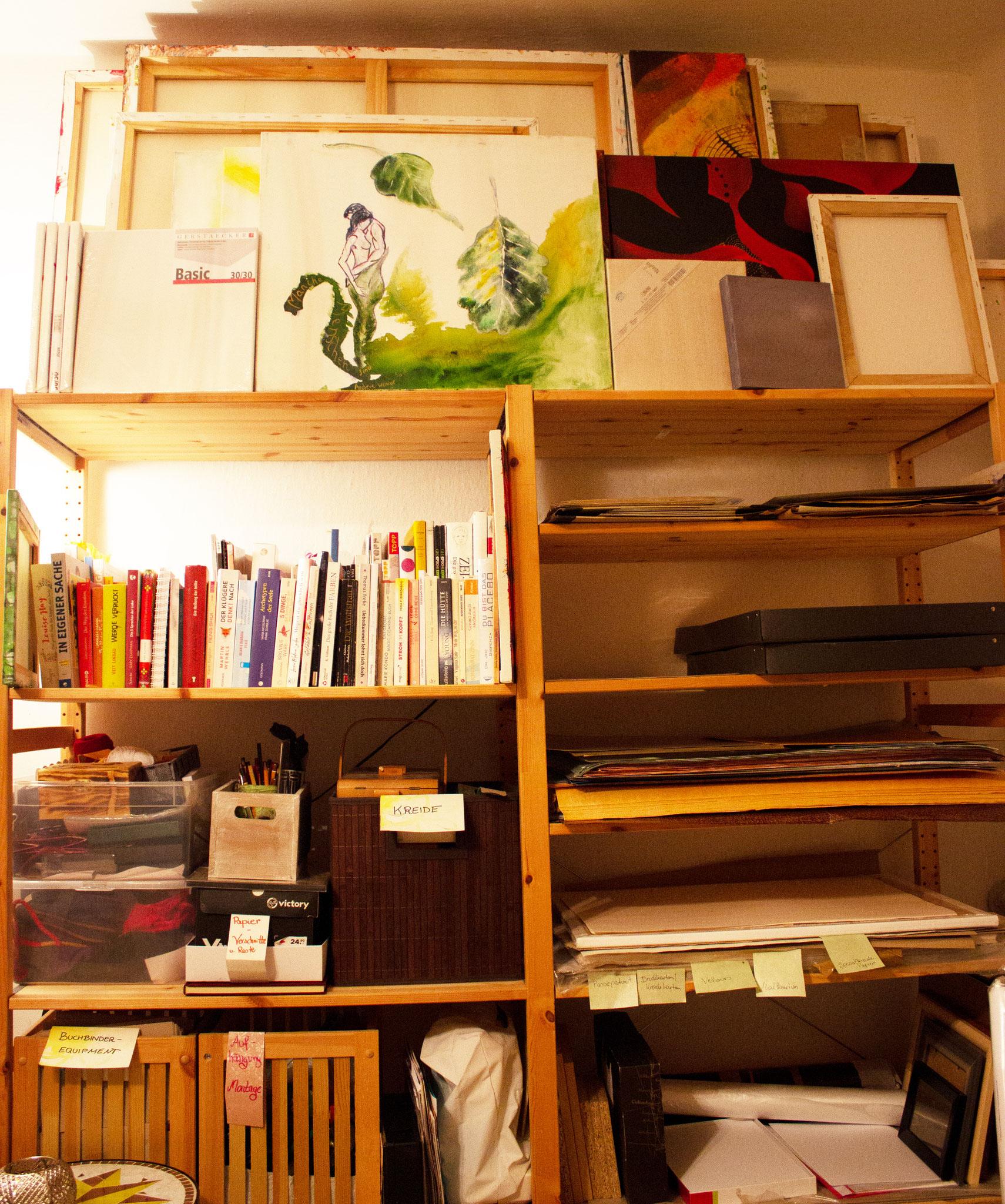 Erleichtert die Arbeit: Atelier nach Materialien, Hilfsmitteln, Farben ordnen