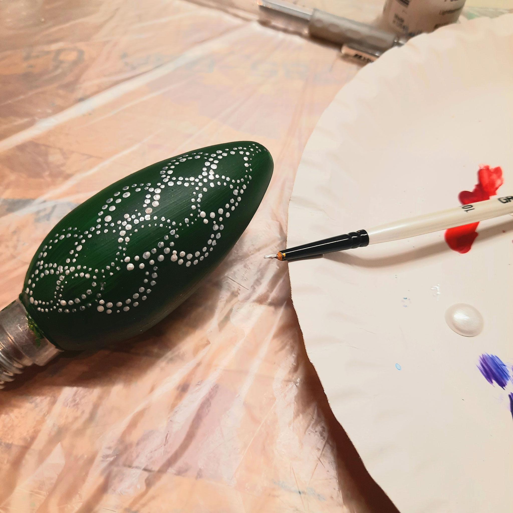 Verzierungen mit wasserfesten Finelinern oder Acrylfarbe
