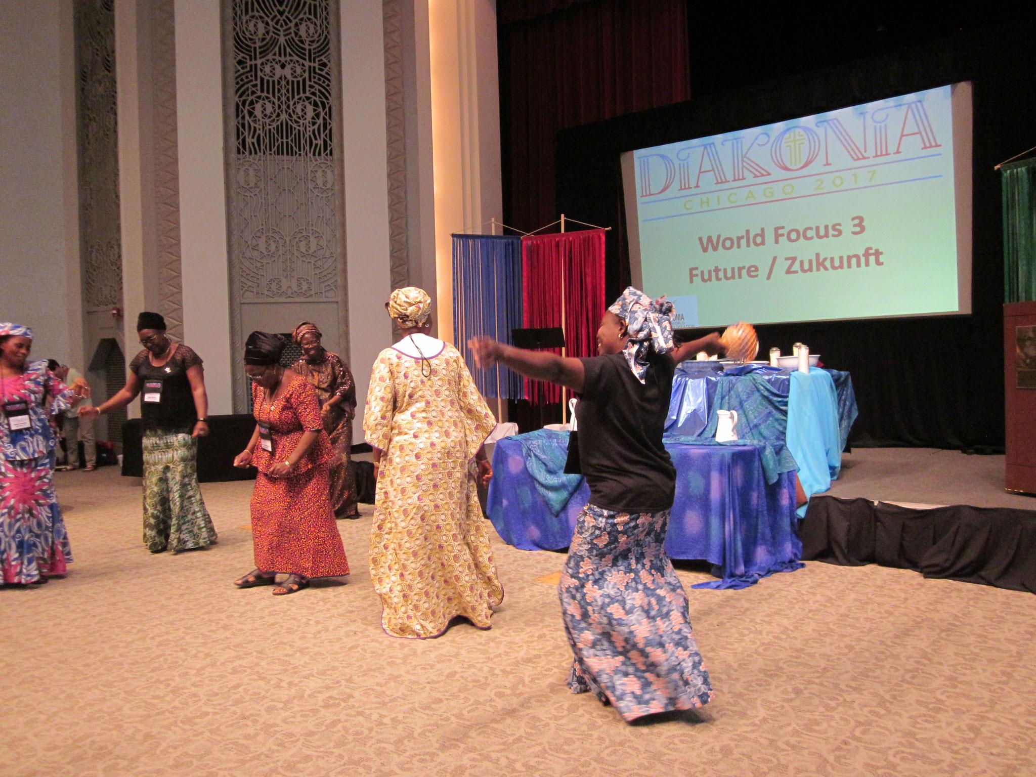 喜びにあふれ踊るアフリカからの参加者