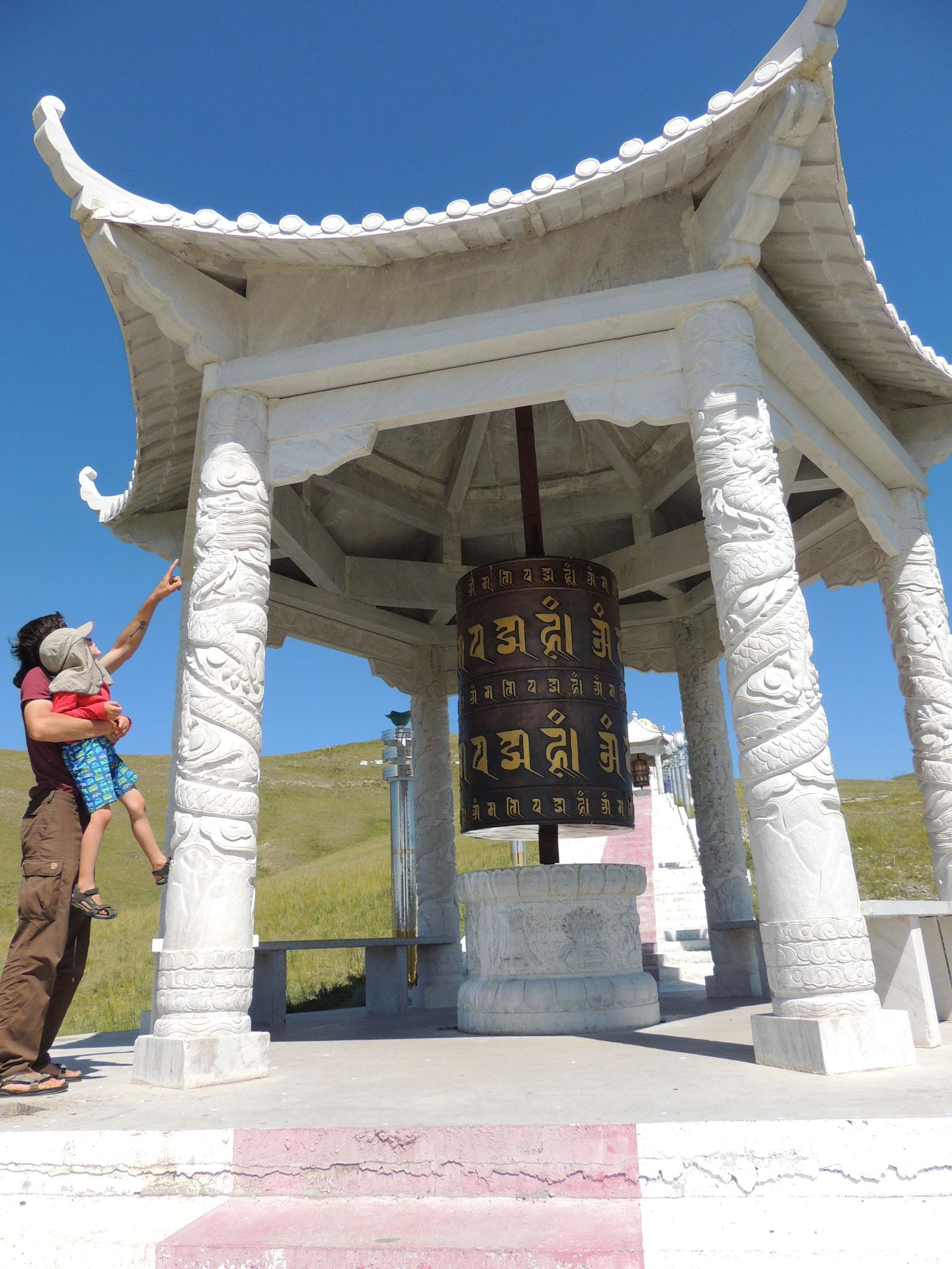 Drachen an buddhistischer Gebetsmühle