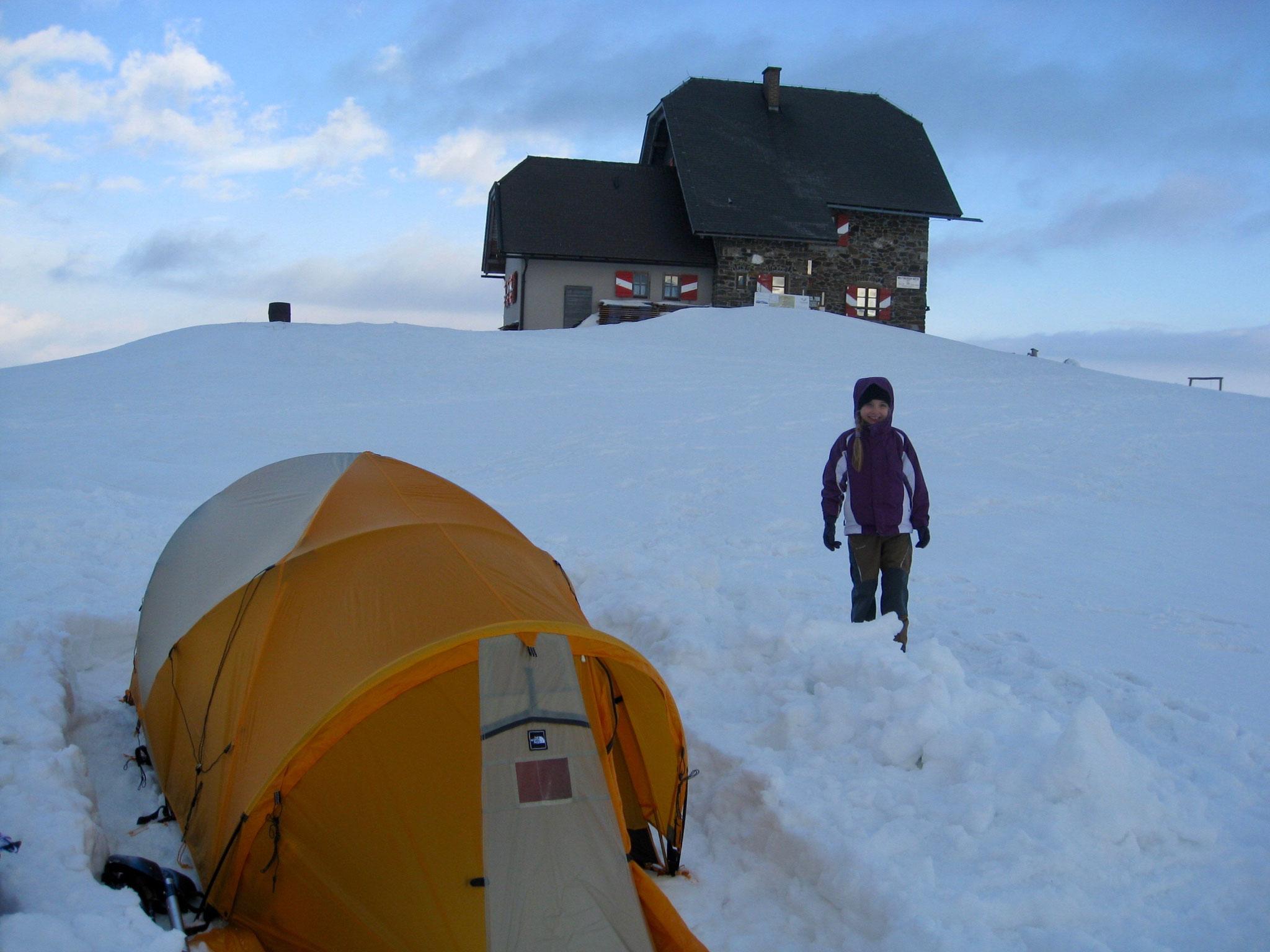 Die Hütte im Hintergrund.
