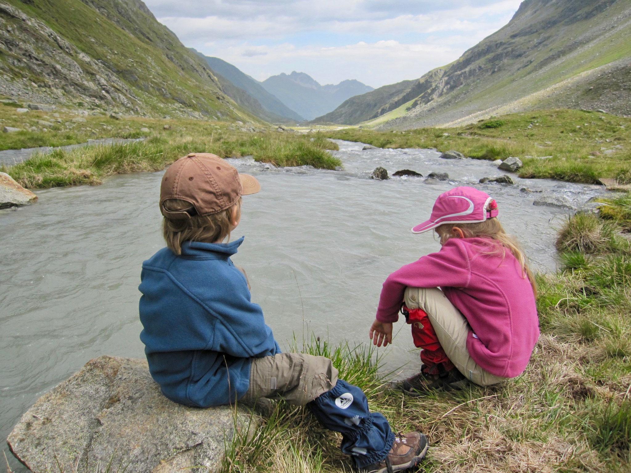 Noch eine kurze Pause am Wasser bevor es auf die letzten Kilometer zur Hütte geht