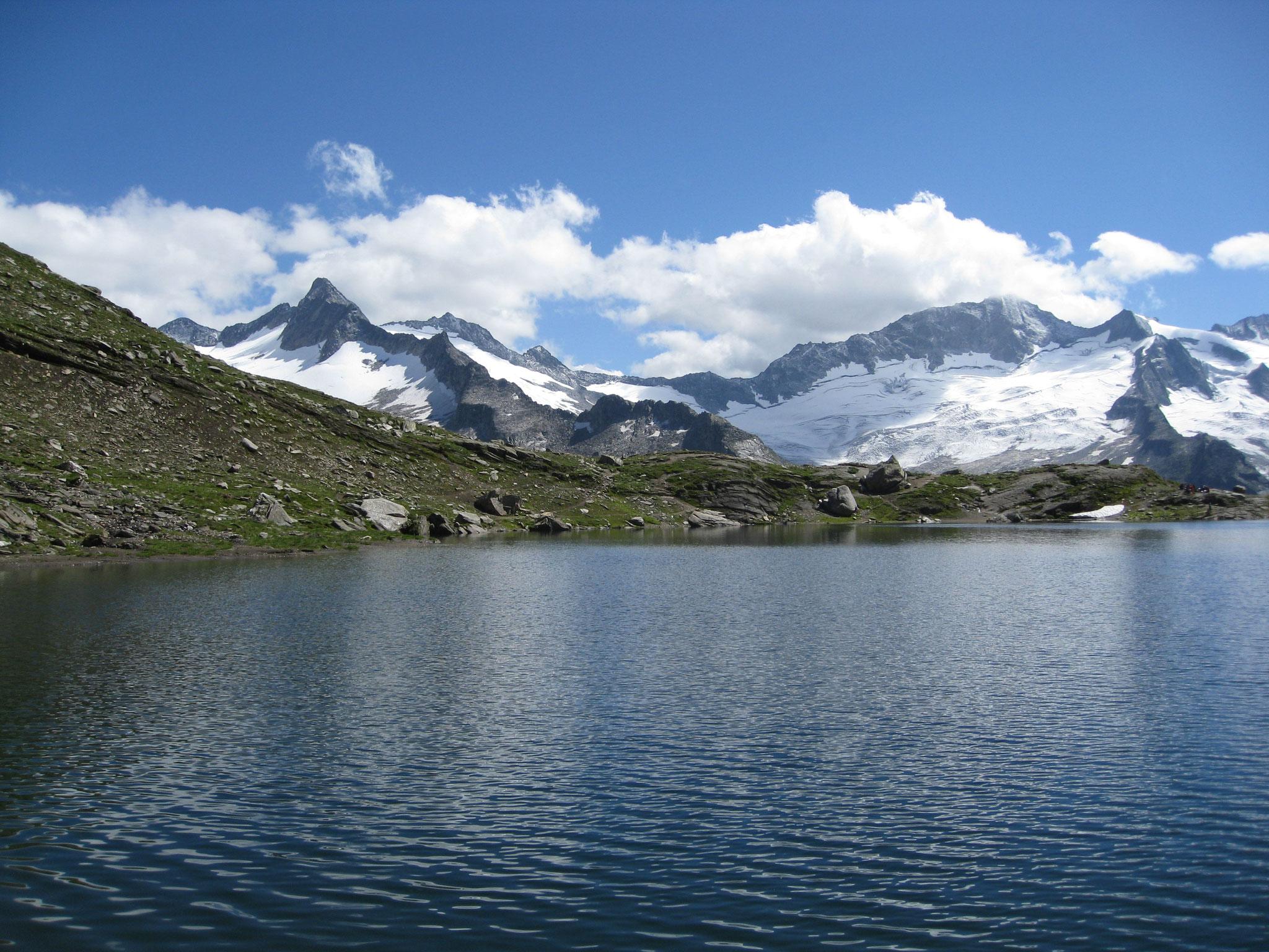 Der Blick über den Schwarzsee auf Gipfel und Gletscher der Zillertaler Alpen.