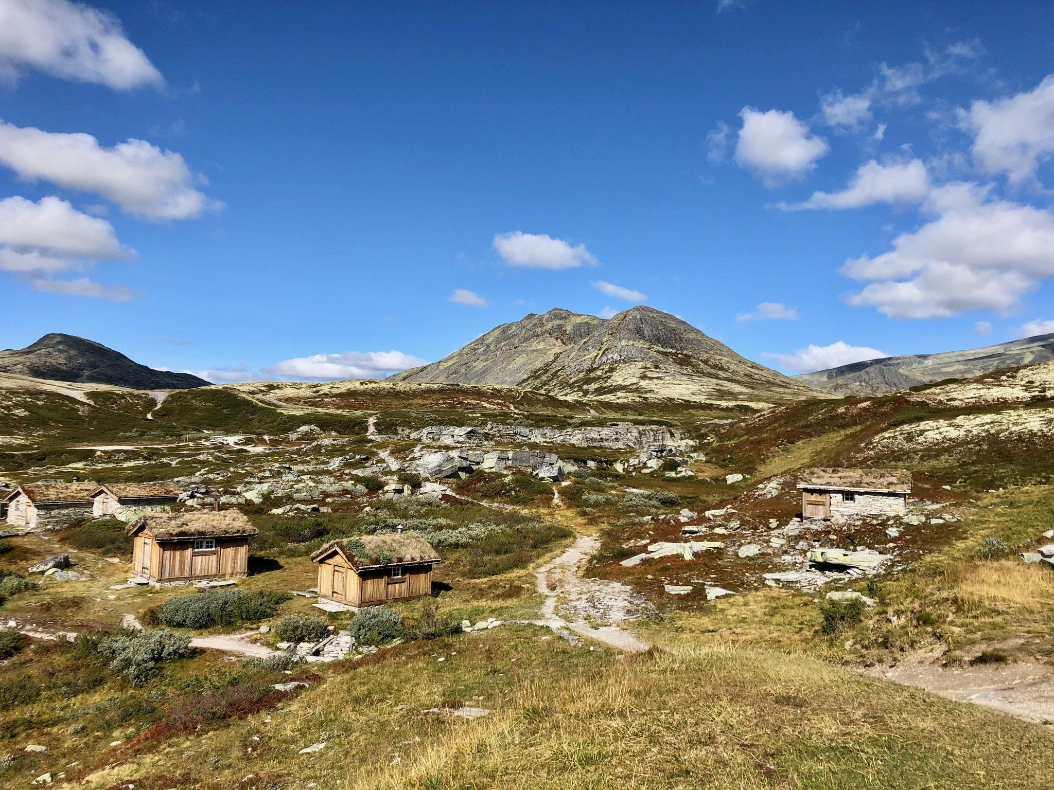Der Blick auf die kleinen Hütte welche sich an der Peer Gynt befinden.