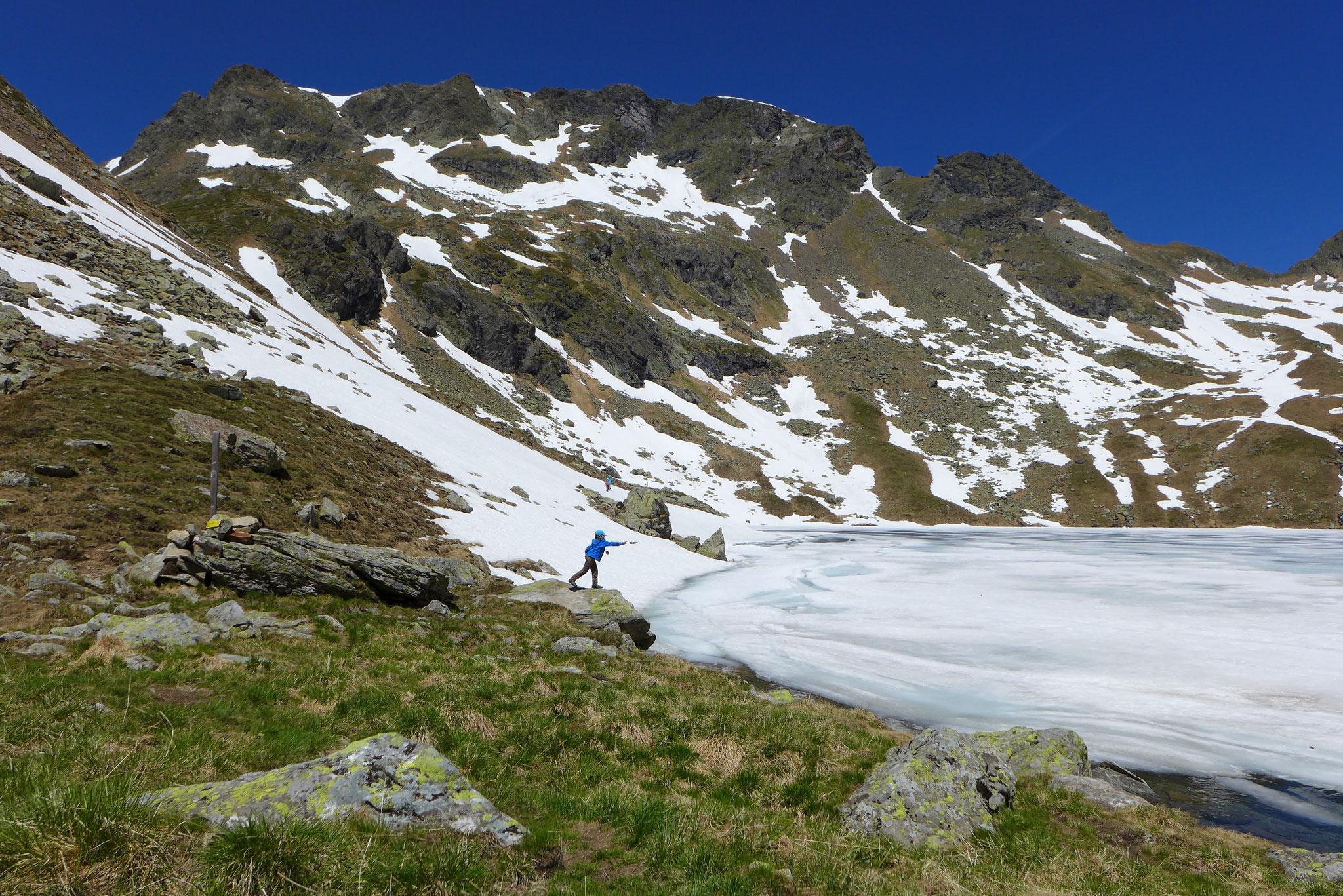Der Zwerfenbergsee noch fast gefroren.