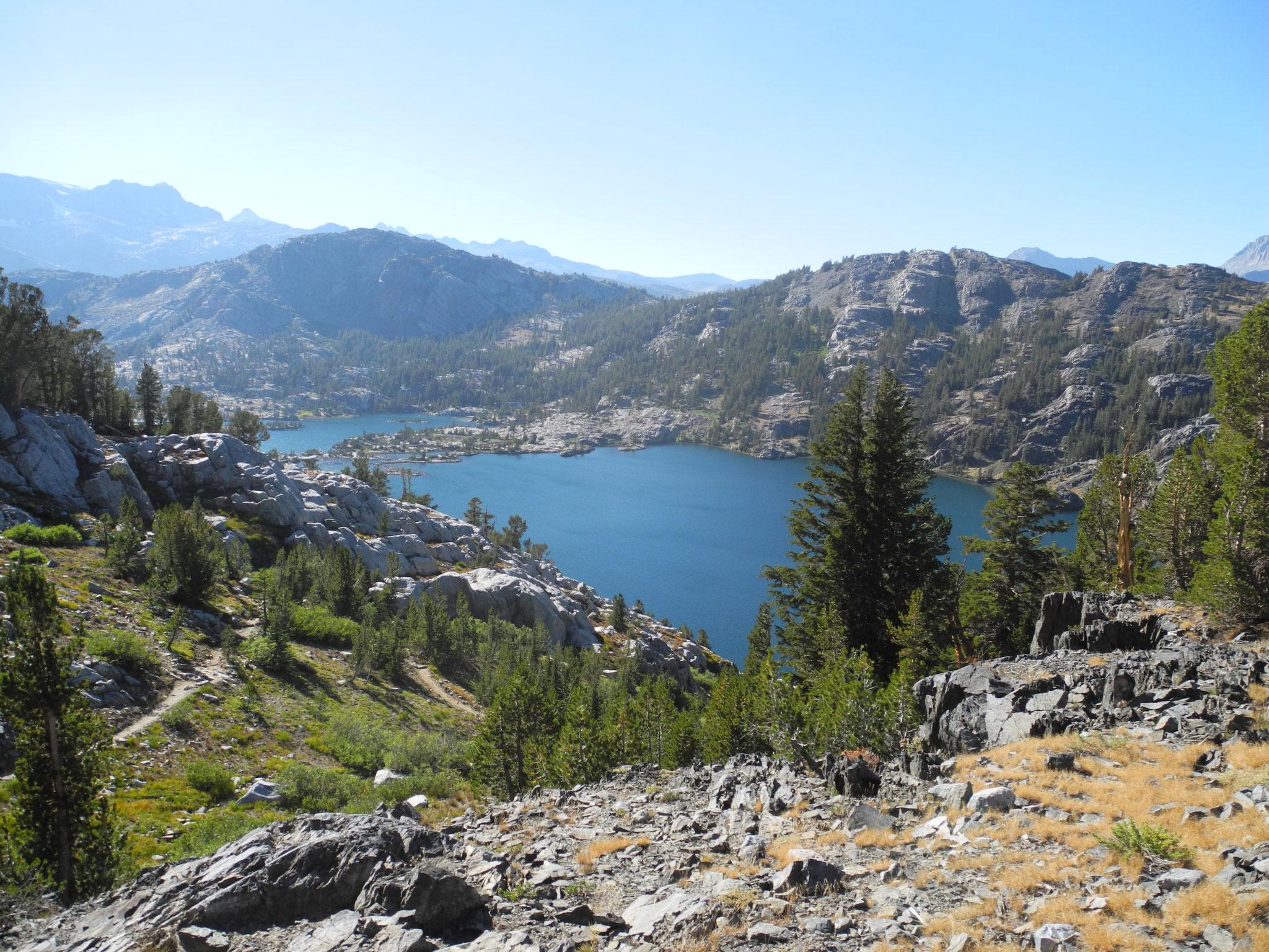 Nach ein paar weiteren harten Kilometer gab der letzte Anstieg den Blick auf Garnet Lake frei, unser erstes Camp.