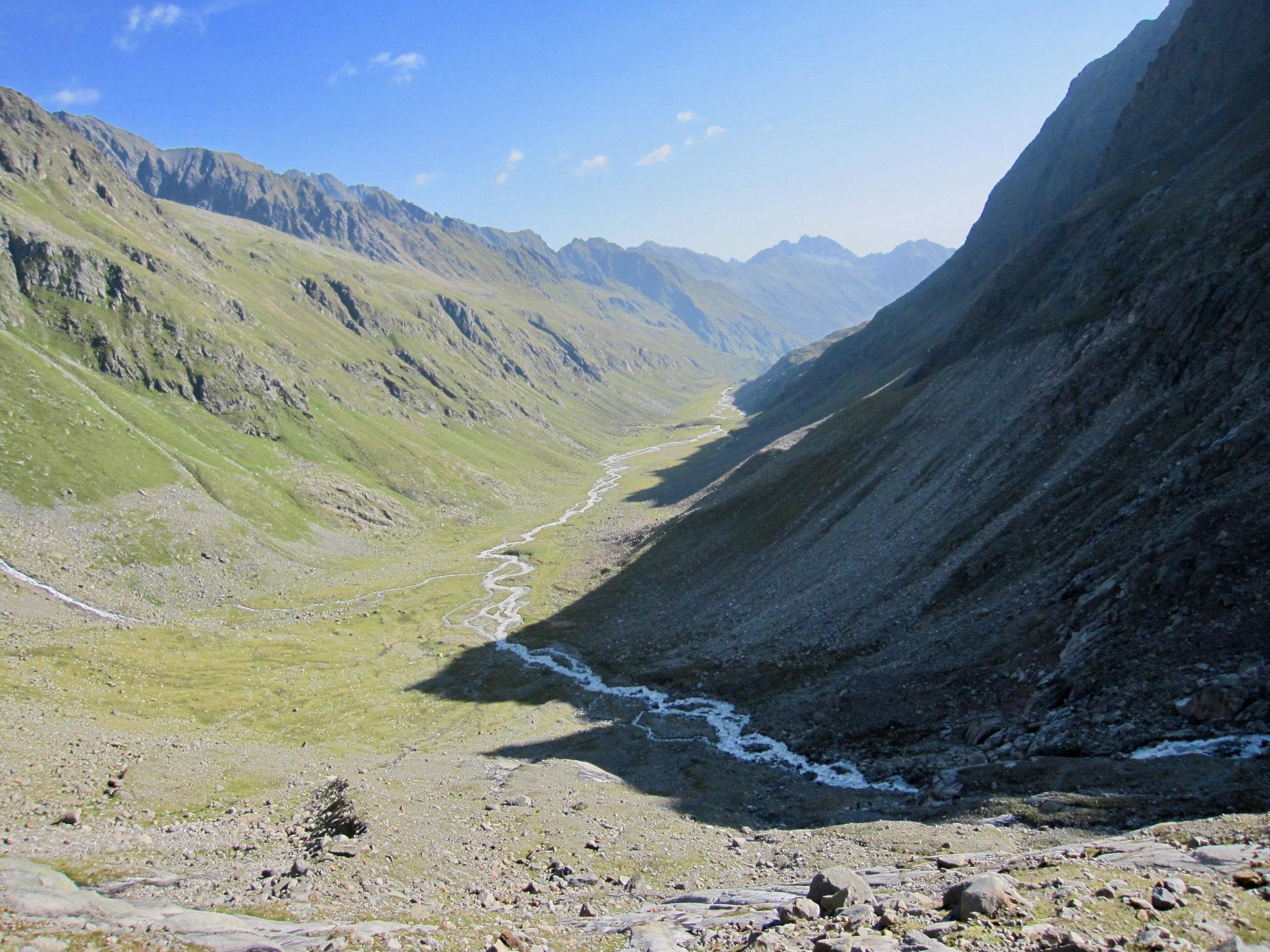 Der Blick zurück zur Hütte am Ende des Tals