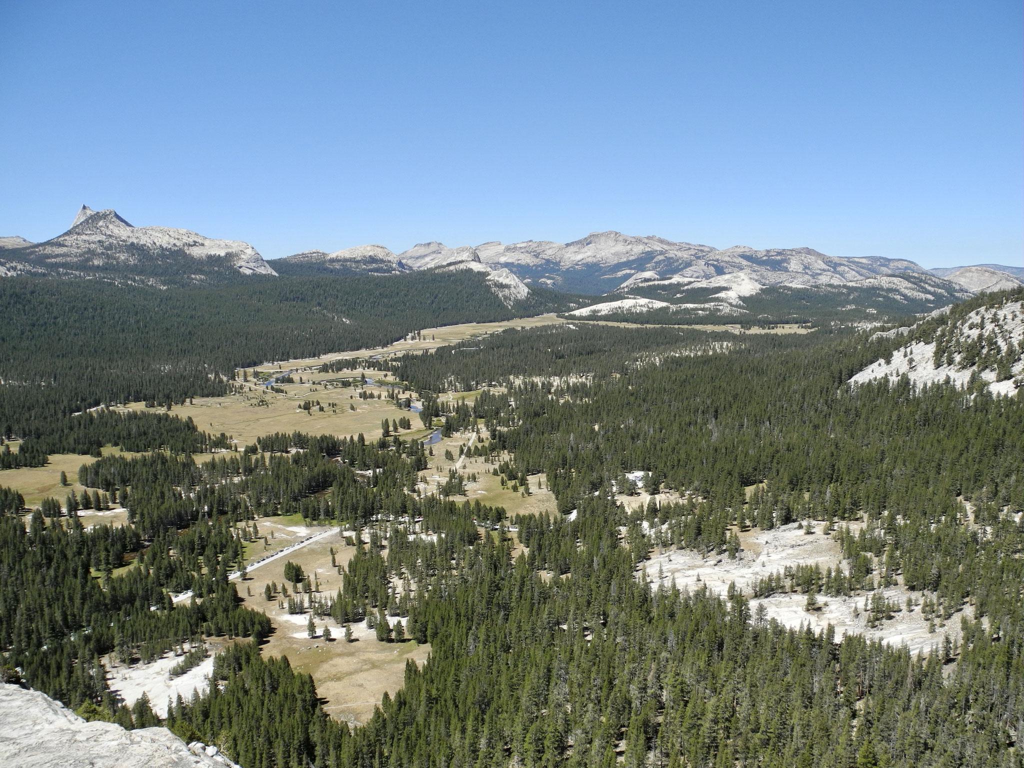 Blick auf Tuolumne Meadows vom Gipfel des Lembert Dome, Yosemite National Park
