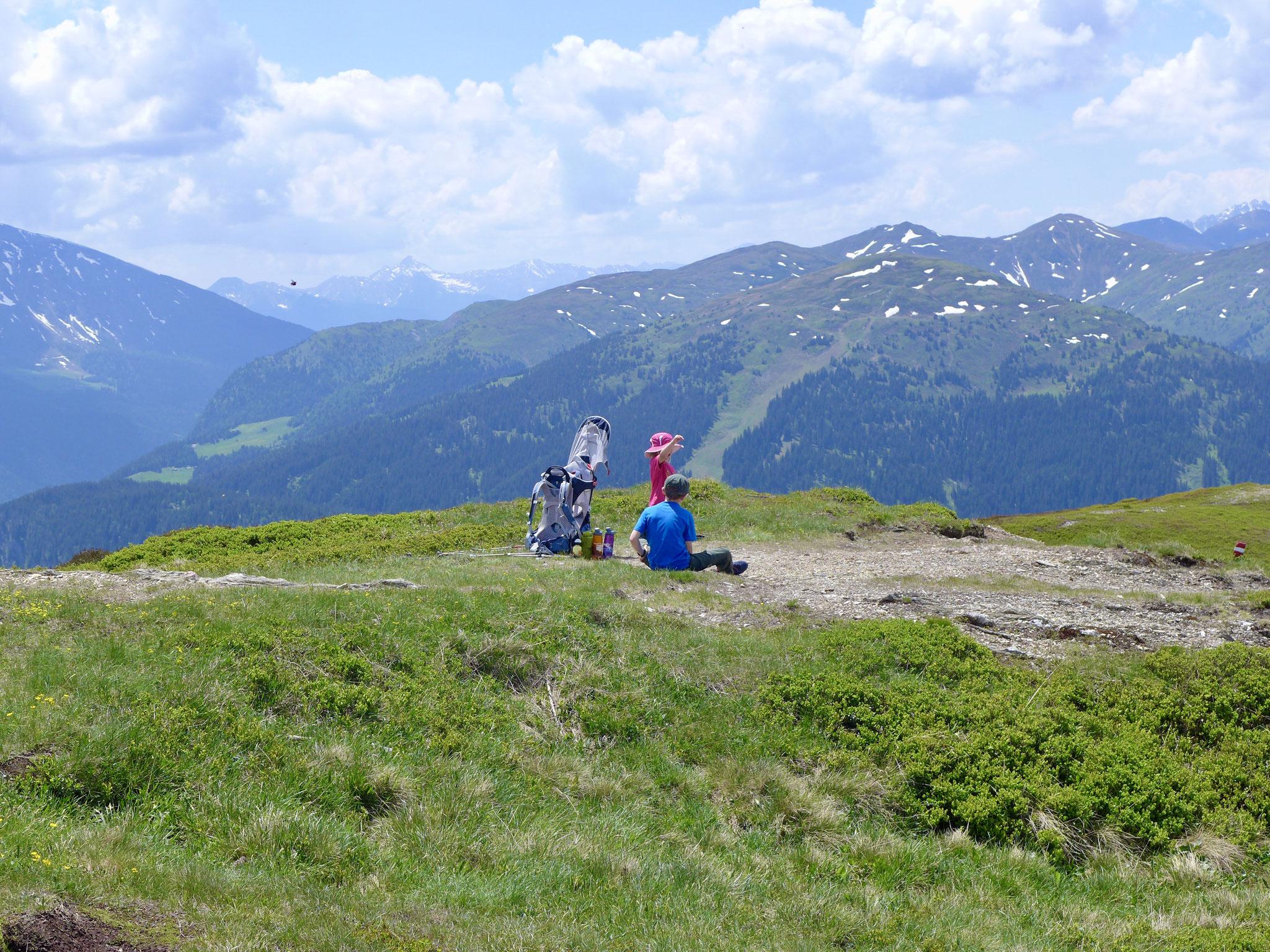 Um den Gipfel ist viel Platz und die kleinen Wanderer können sich gut entspannen.