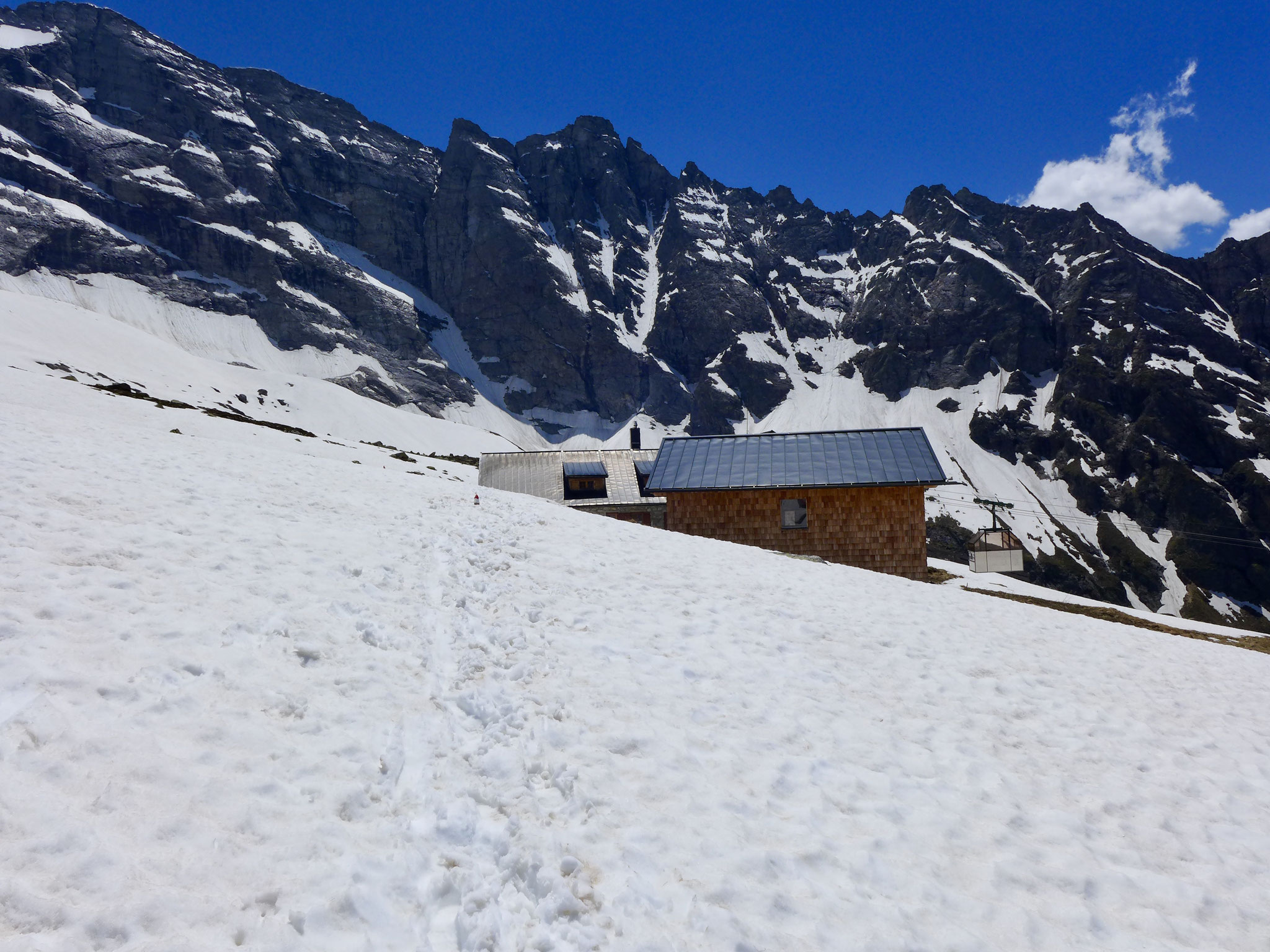 Und auch die Hütte selber war in tiefem Schnee.